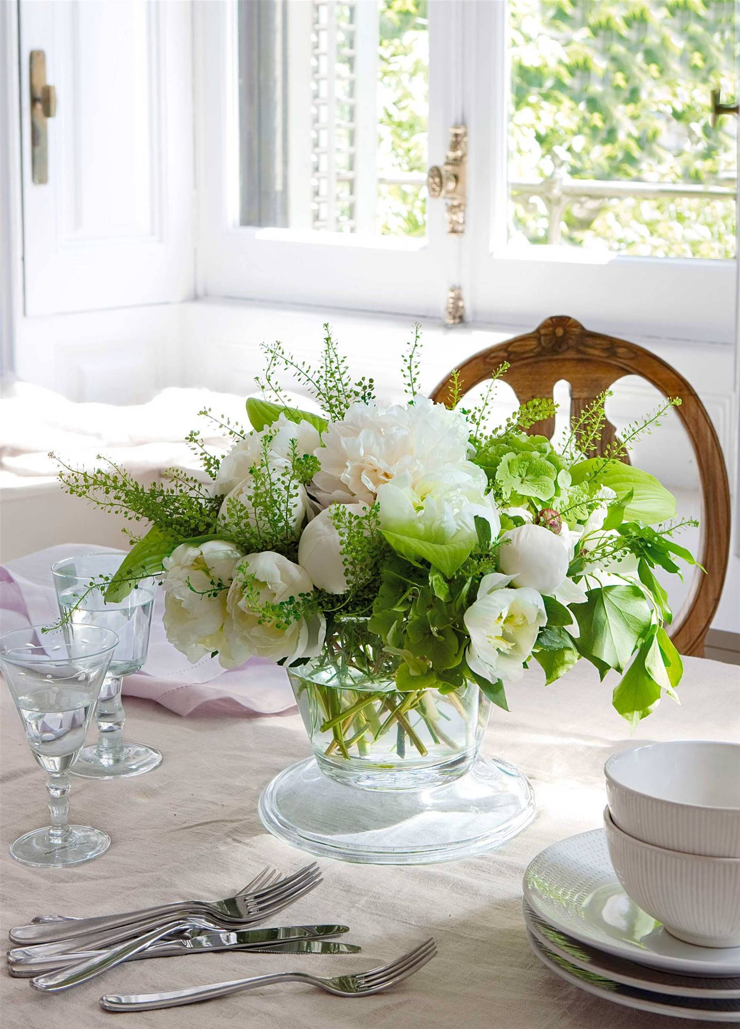 00304552. Un elegante centro de peonias白色花艺
