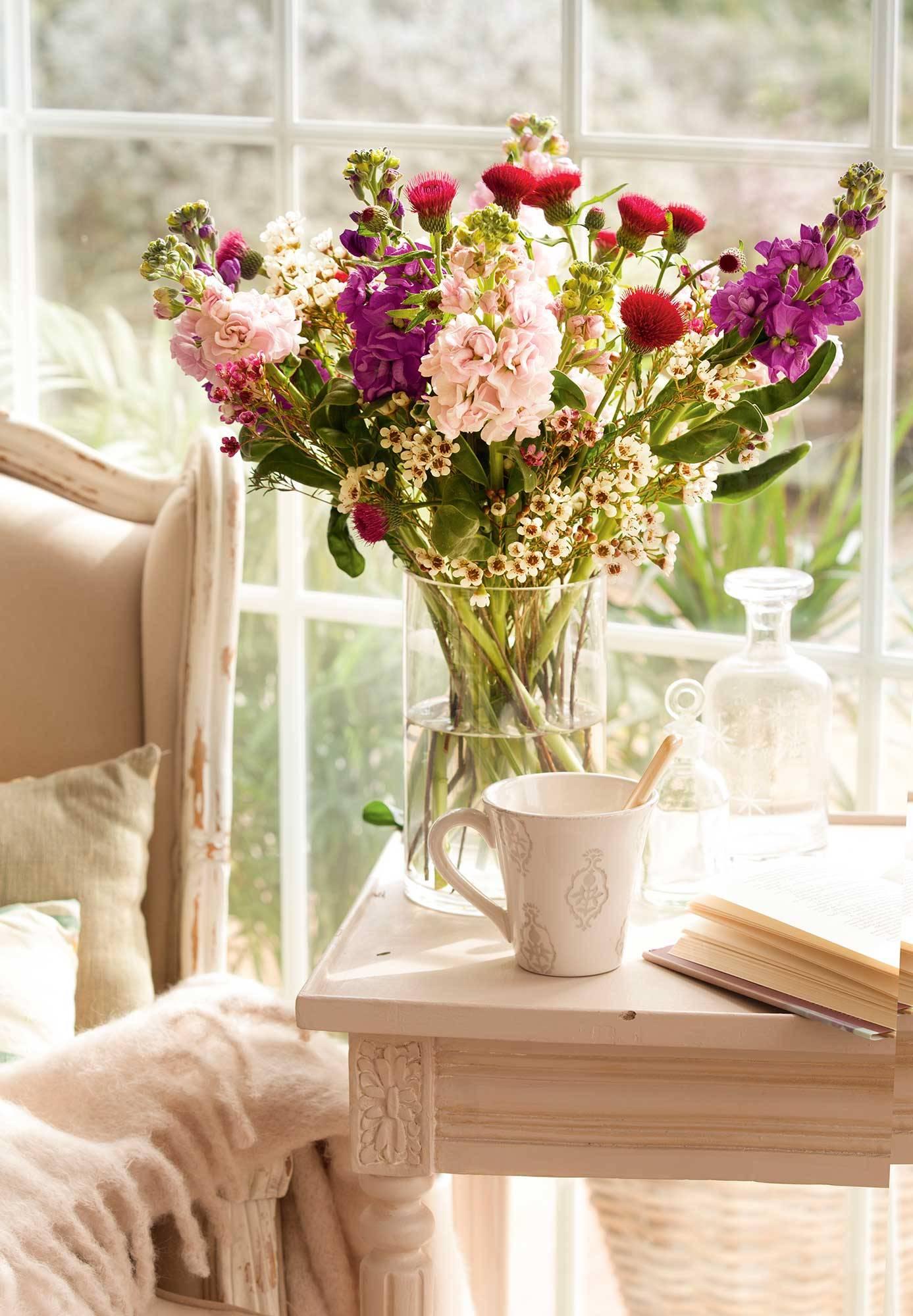 00404020. Un arreglo desenfadado muy primaveral 窗边的鲜花