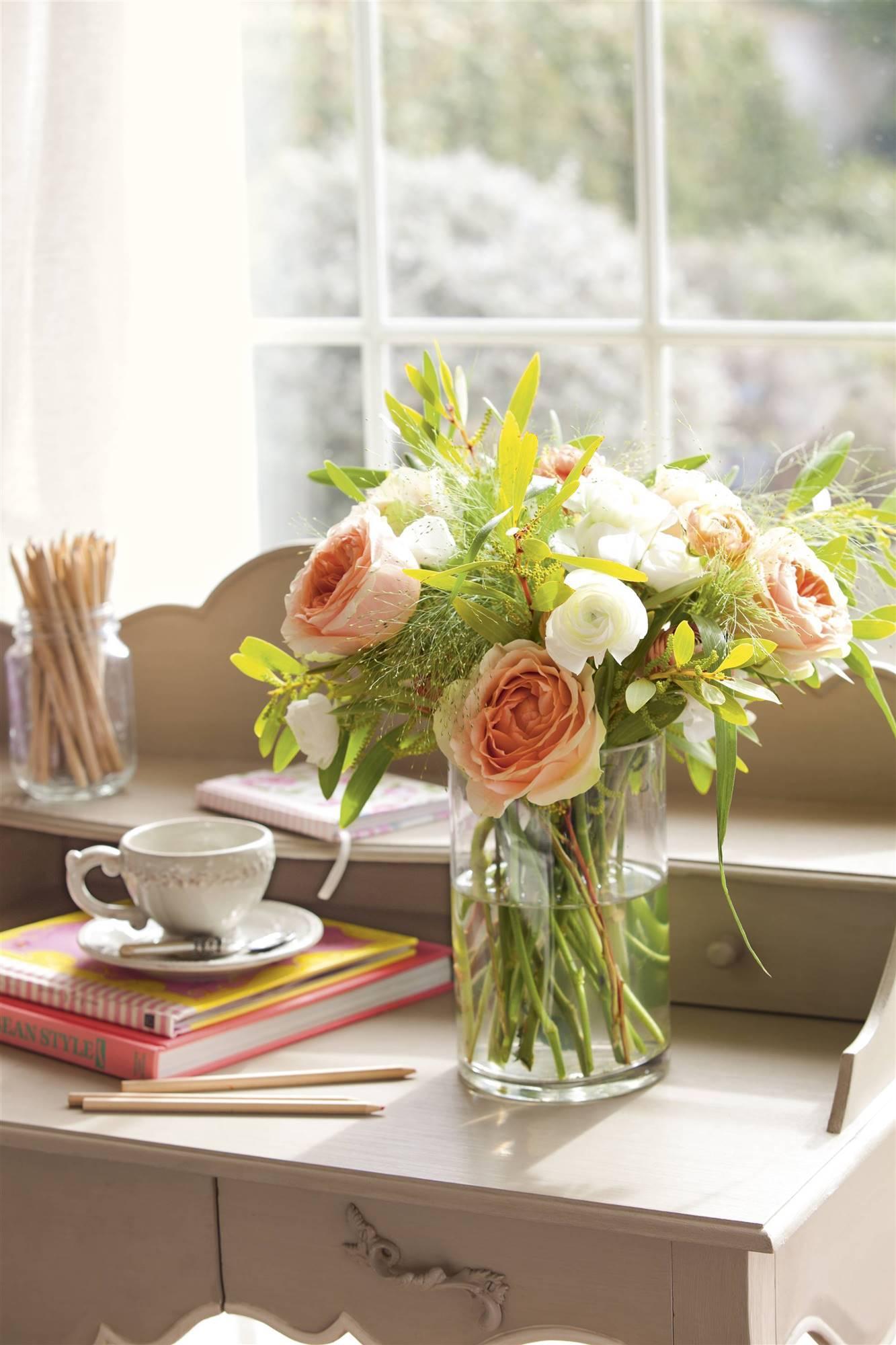 00404021. Un ramo primaveral con sabor romántico粉色和白色玫瑰花鲜花花艺
