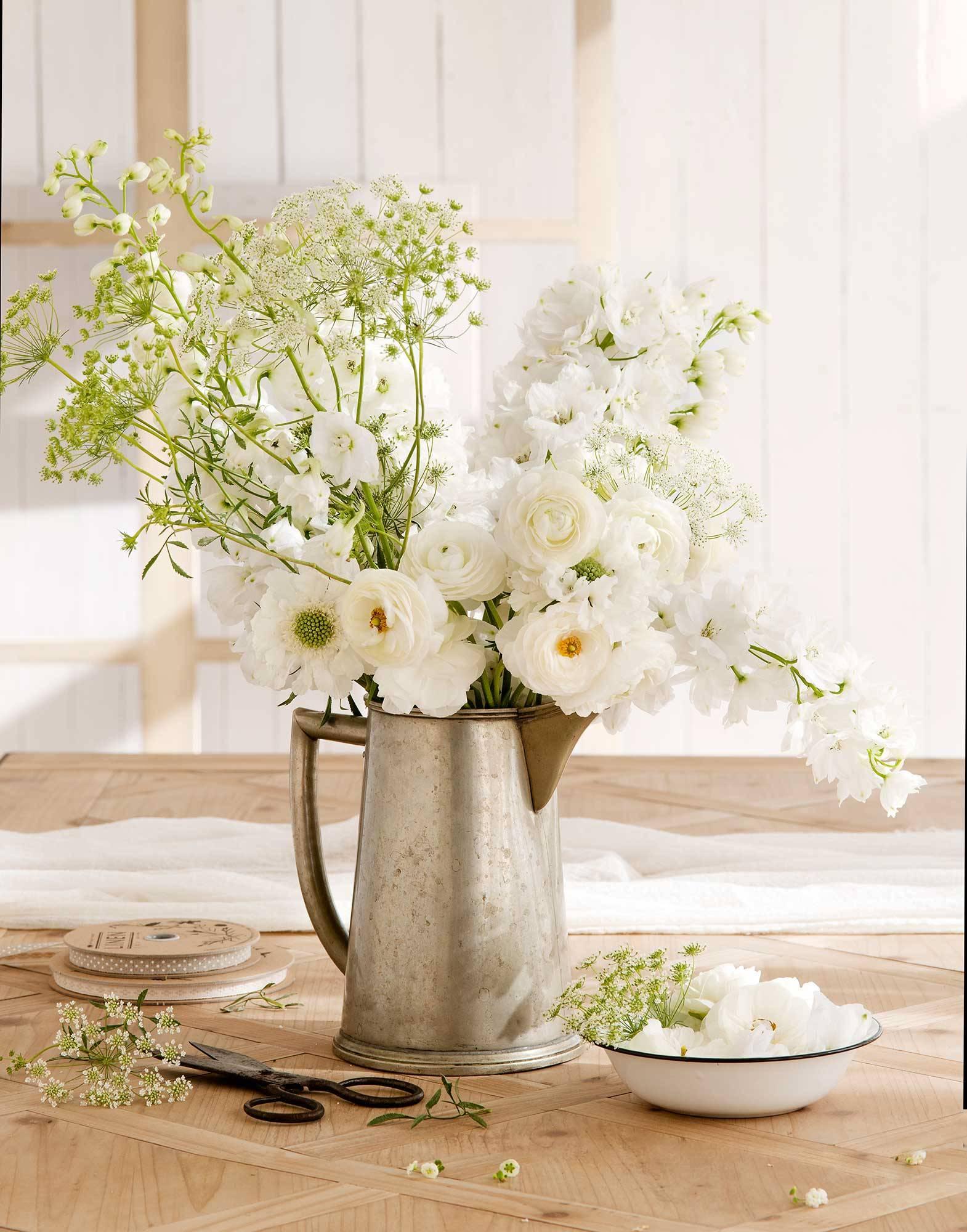 00425886. Un ramo fácil y romántico con flores blancas 白色乡村花艺