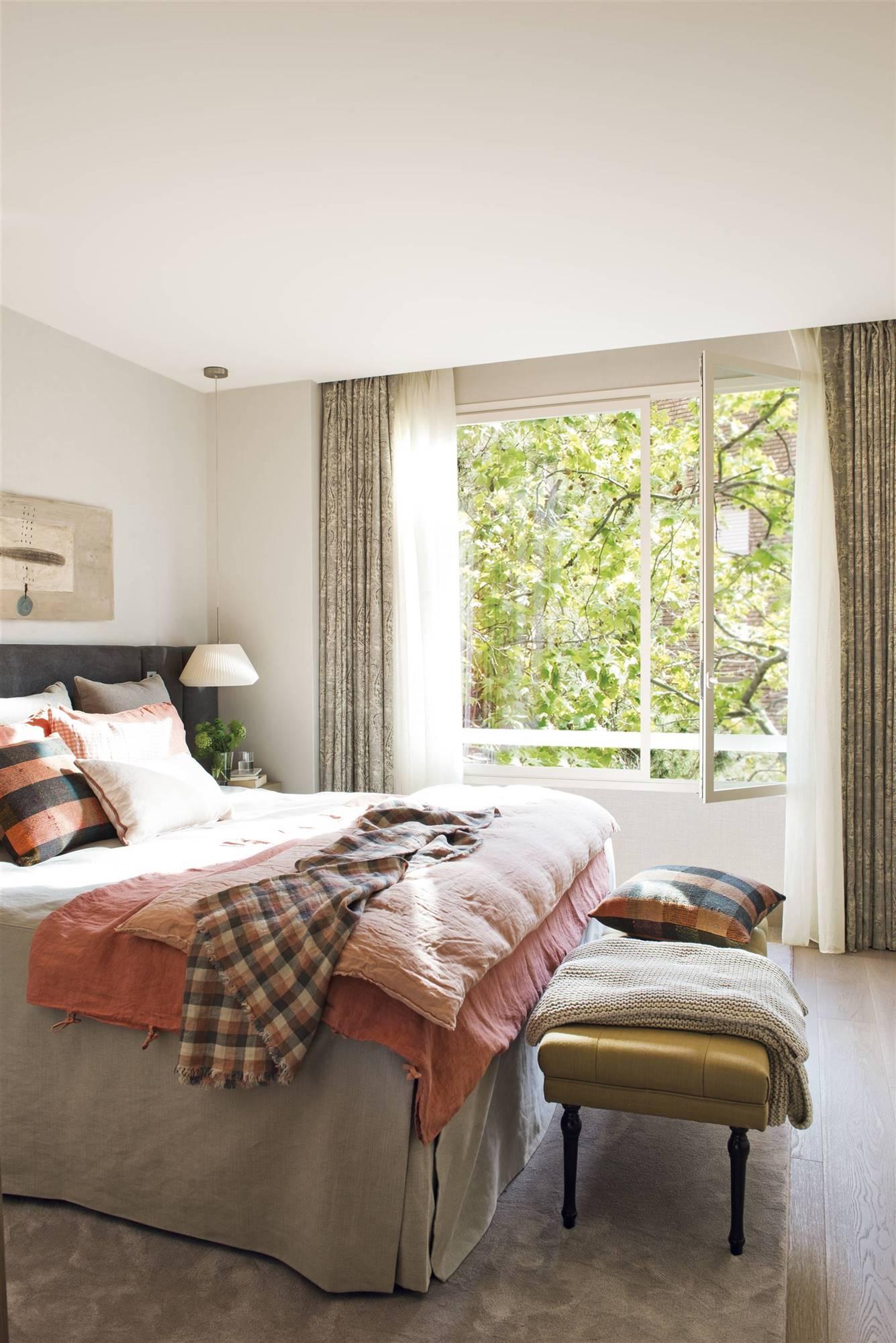DSC8679. Un dormitorio arropado por las telas