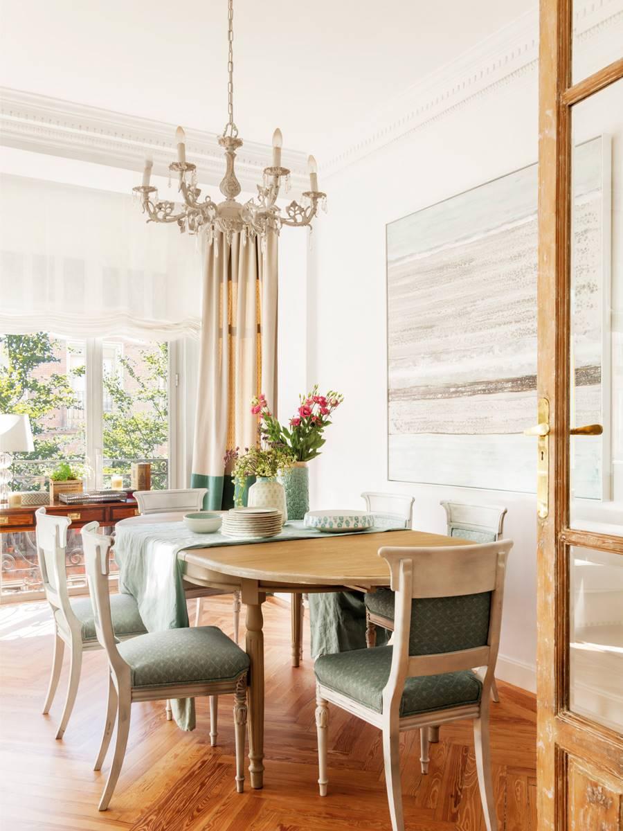 combinar mesas y sillas de salon con mueble blanco
