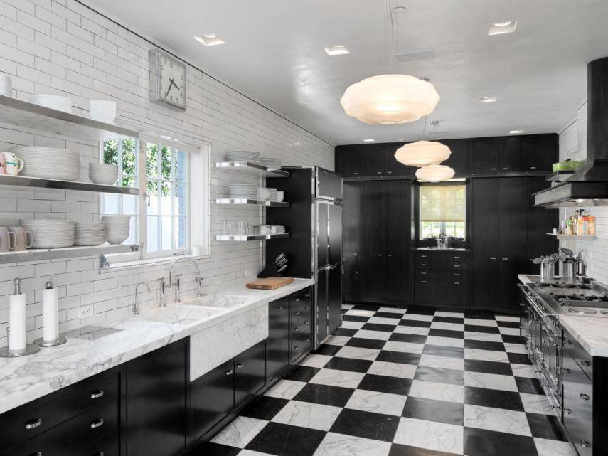 they-added-screening-room-and-heated-marble-floors-kitchen. La cocina en damero