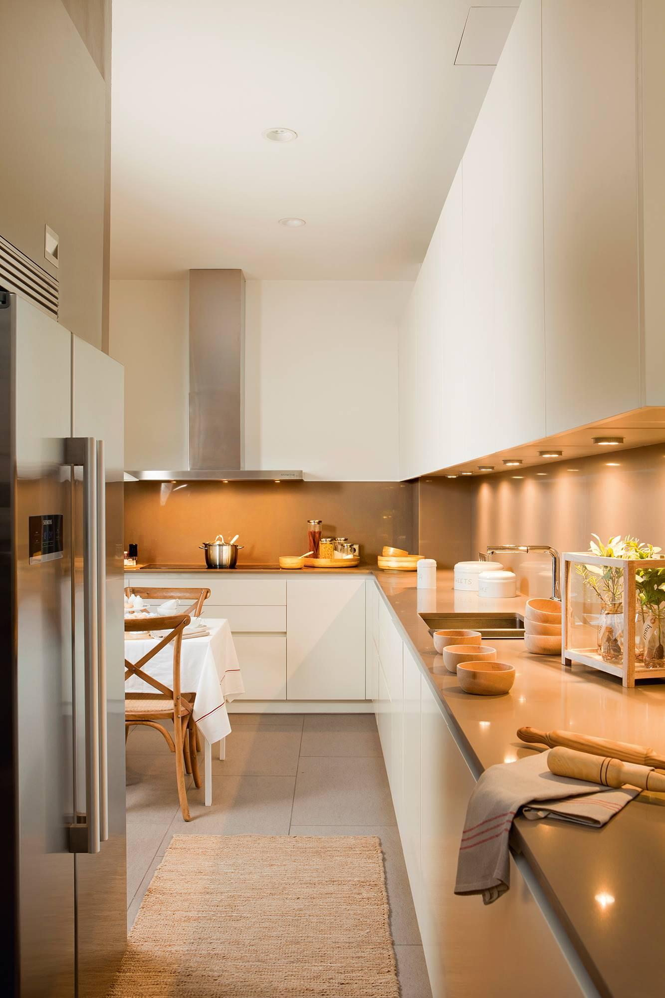 Cocina con muebles de cocina en blanco_ 00394857. El frente del mismo material que la encimera