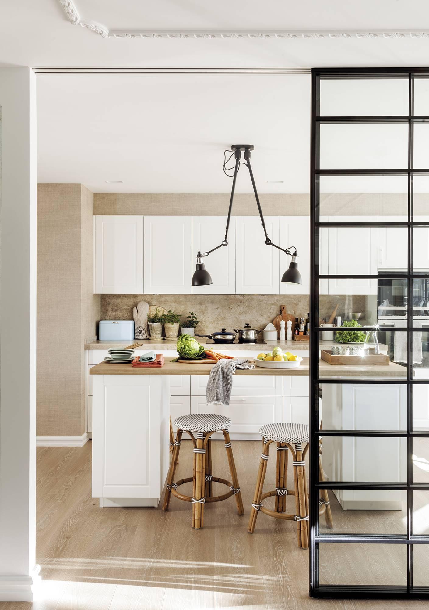 暖灰色和白色的厨房空间。