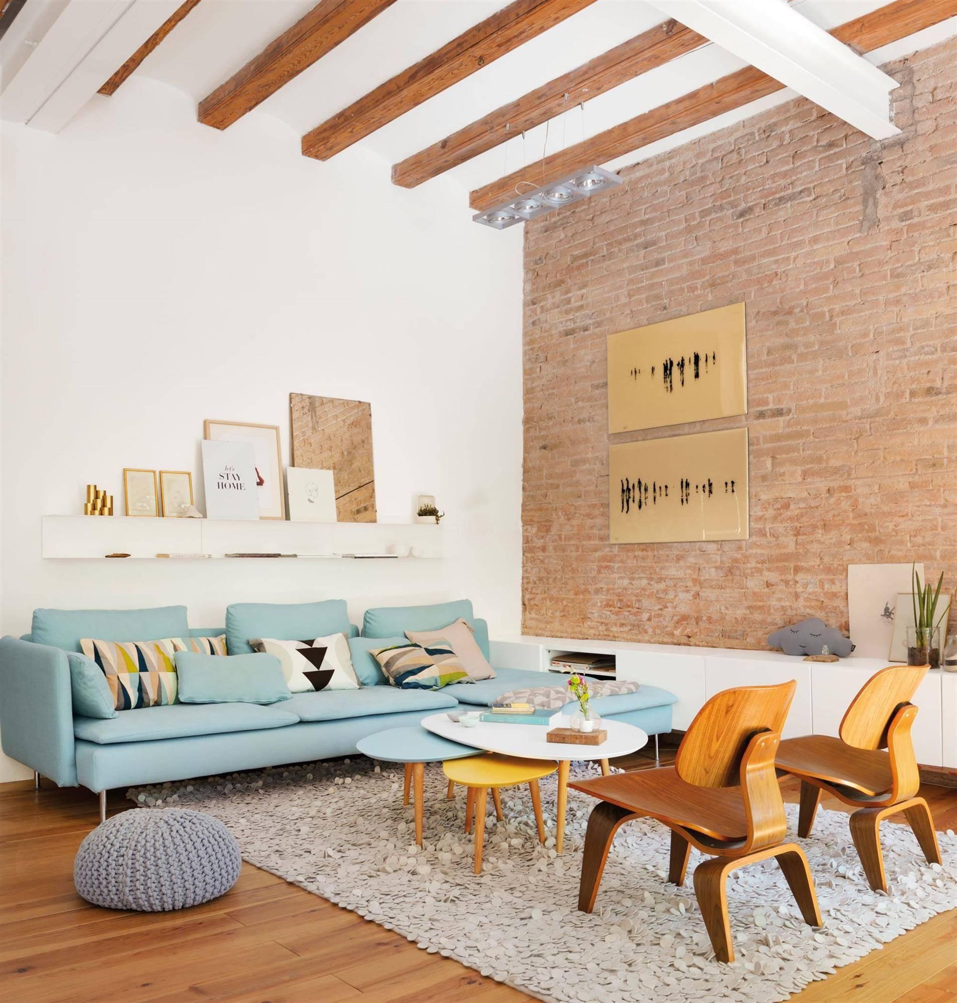 00436840 a76a9069 1909x2000. Un salón pequeño con mezcla de estilos