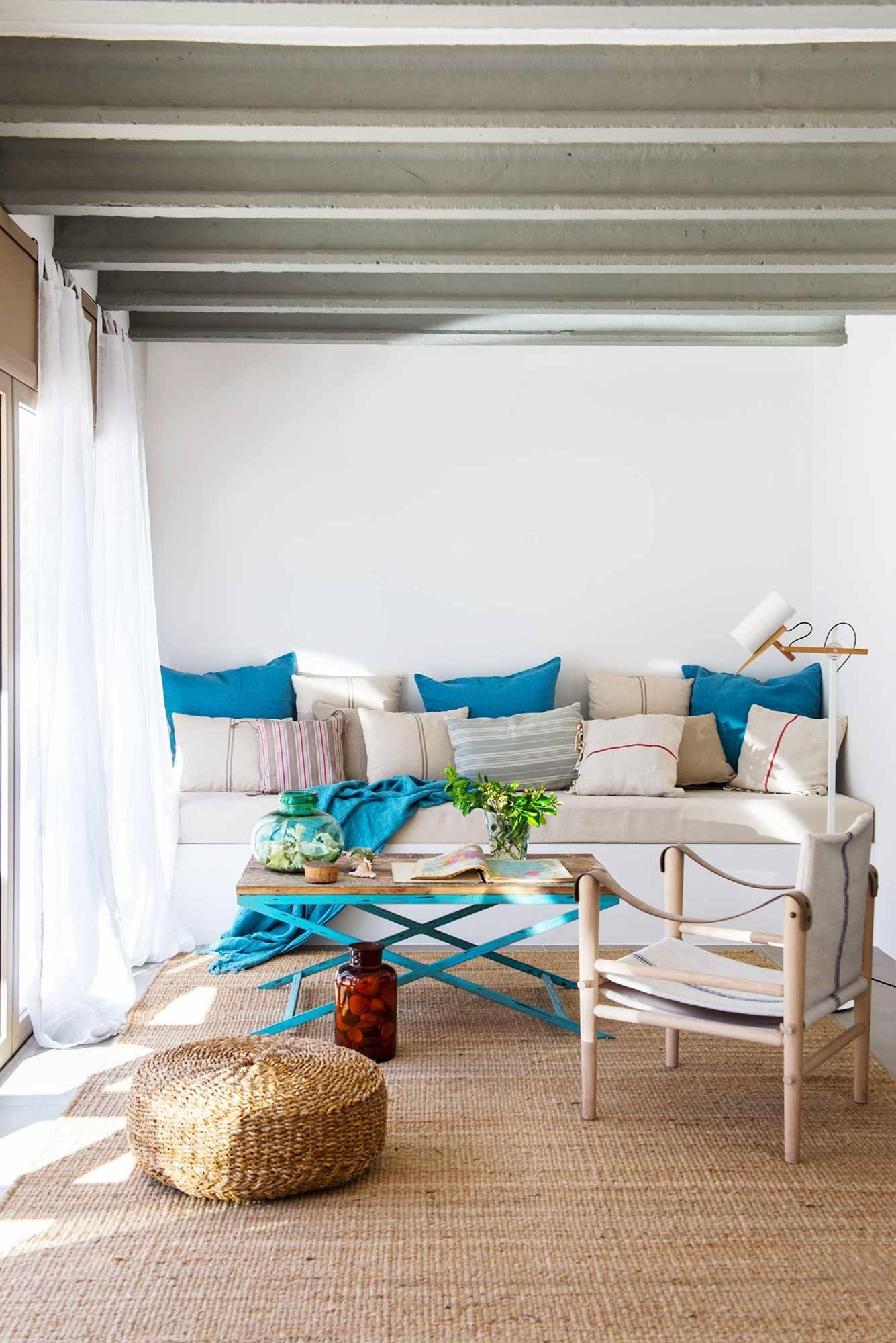 00503972 O. Un salón de verano con un banco a modo de sofá