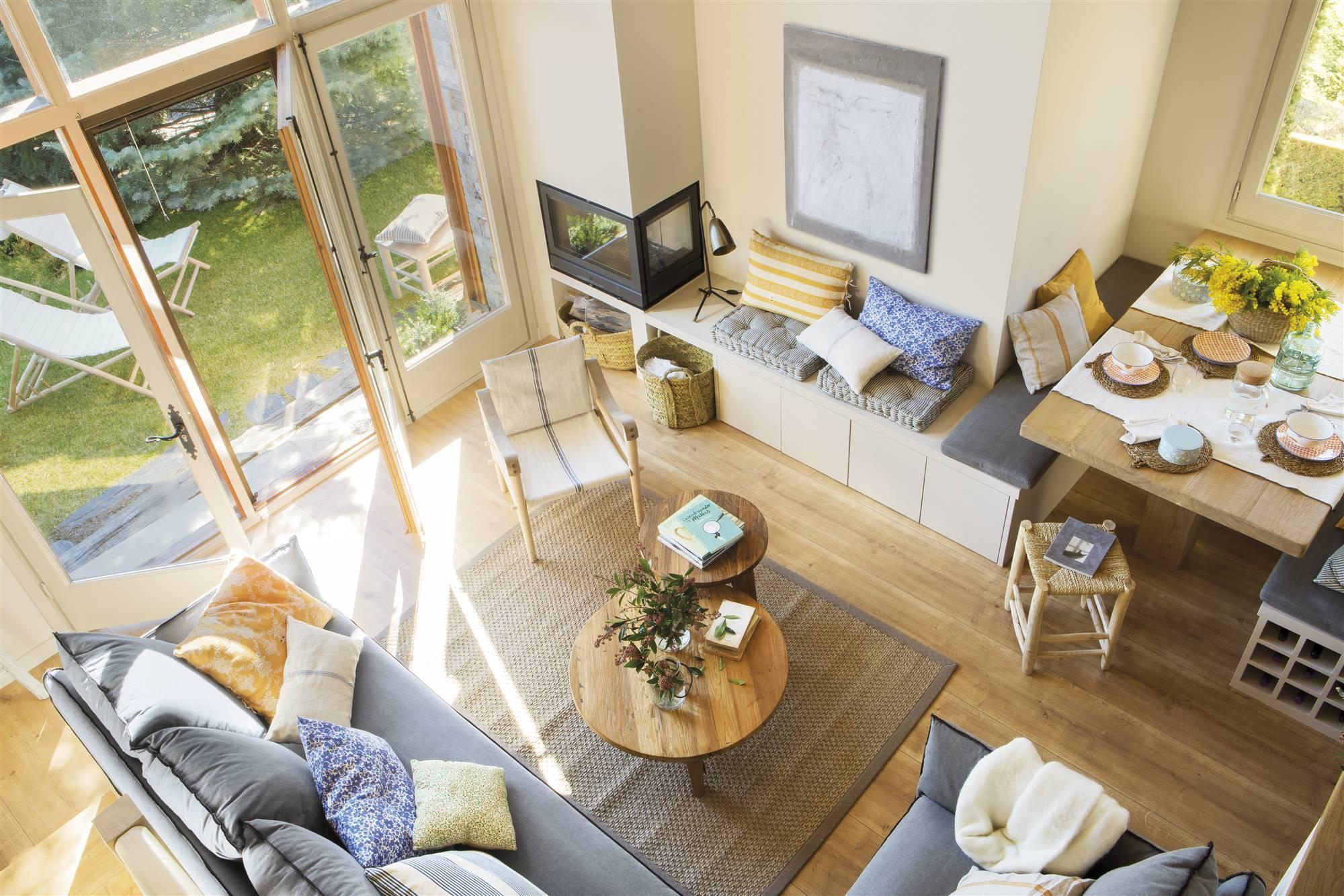 salon con sofa esquinero 2 mesas nido de madera banco de obra y comedor 00455369. Un salón integrado en el comedor y la cocina