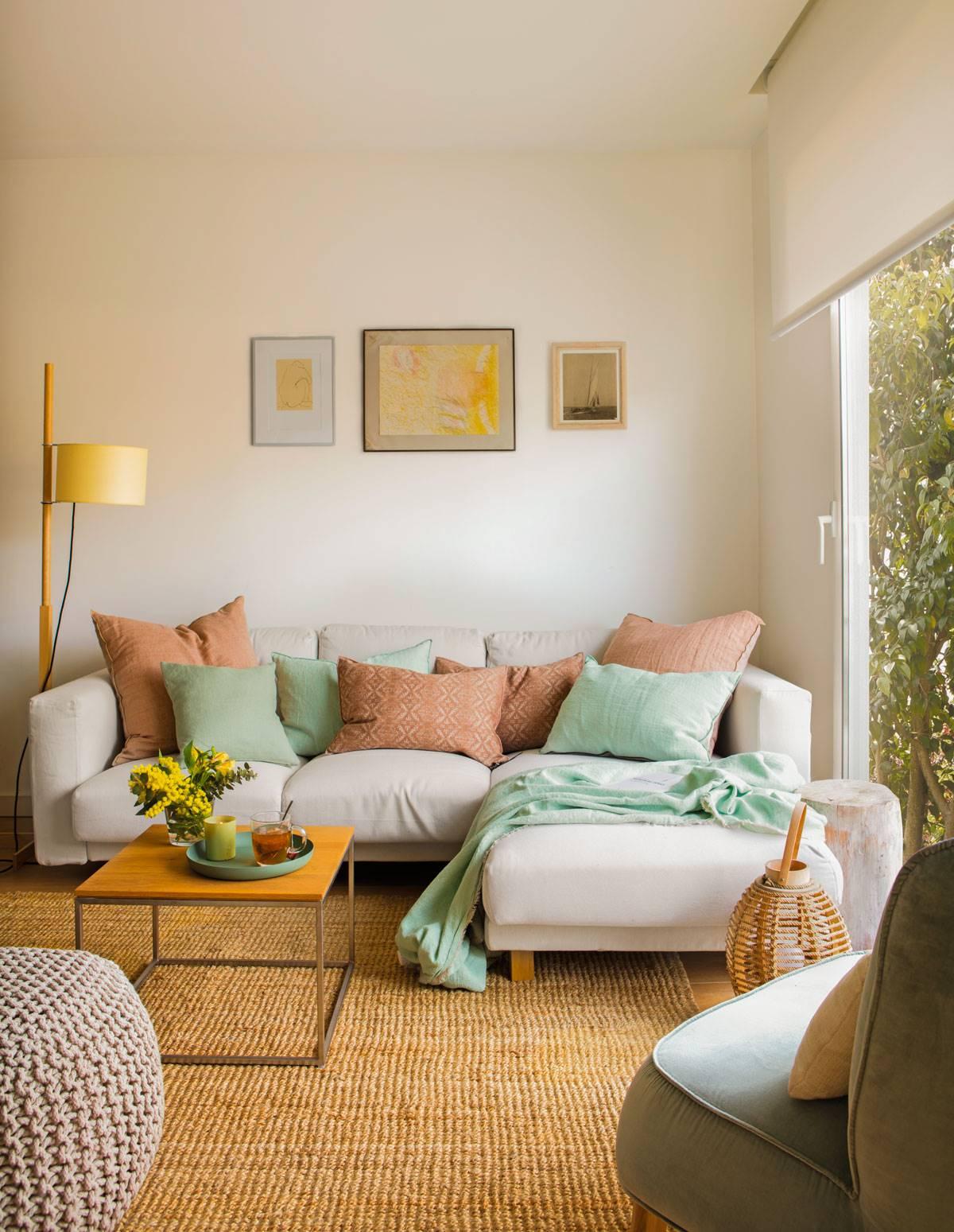 salón-con-sofá-ikea 480646. Con un sofá con módulo chaise longue
