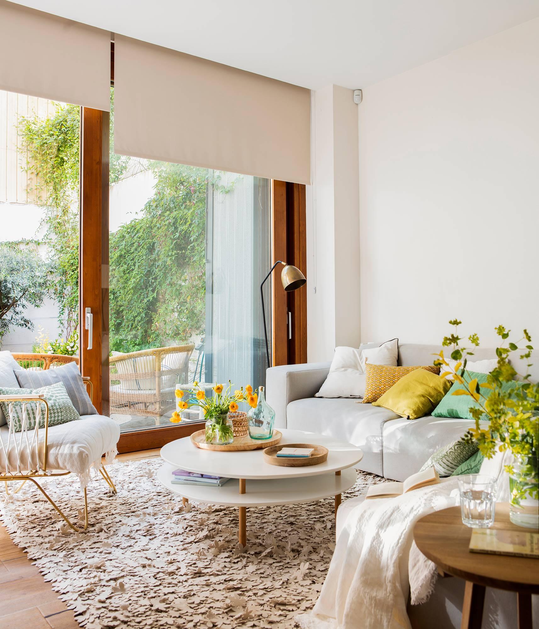 Salón con ventanal al jardín con butaca y sofá_ 00460841. En blanco y con piezas ligeras