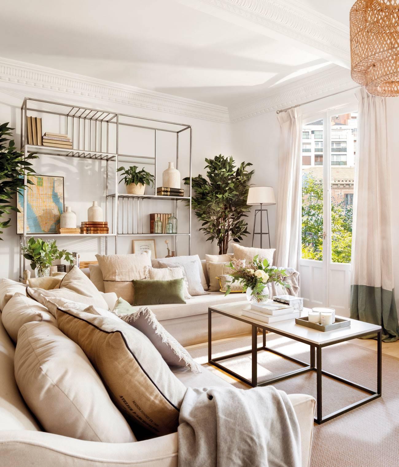 """salon-de-verano-con-techos-moldura-y-estantería-hierro 498878. En blanco y con dos sofás en """"L"""""""