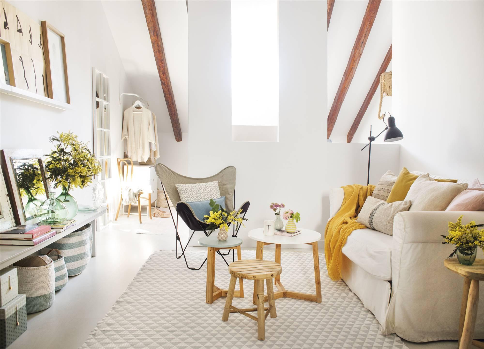salon mini en blanco con mesas de madera y detalles decorativos en amarillo 00455273. Un salón mini con lo básico