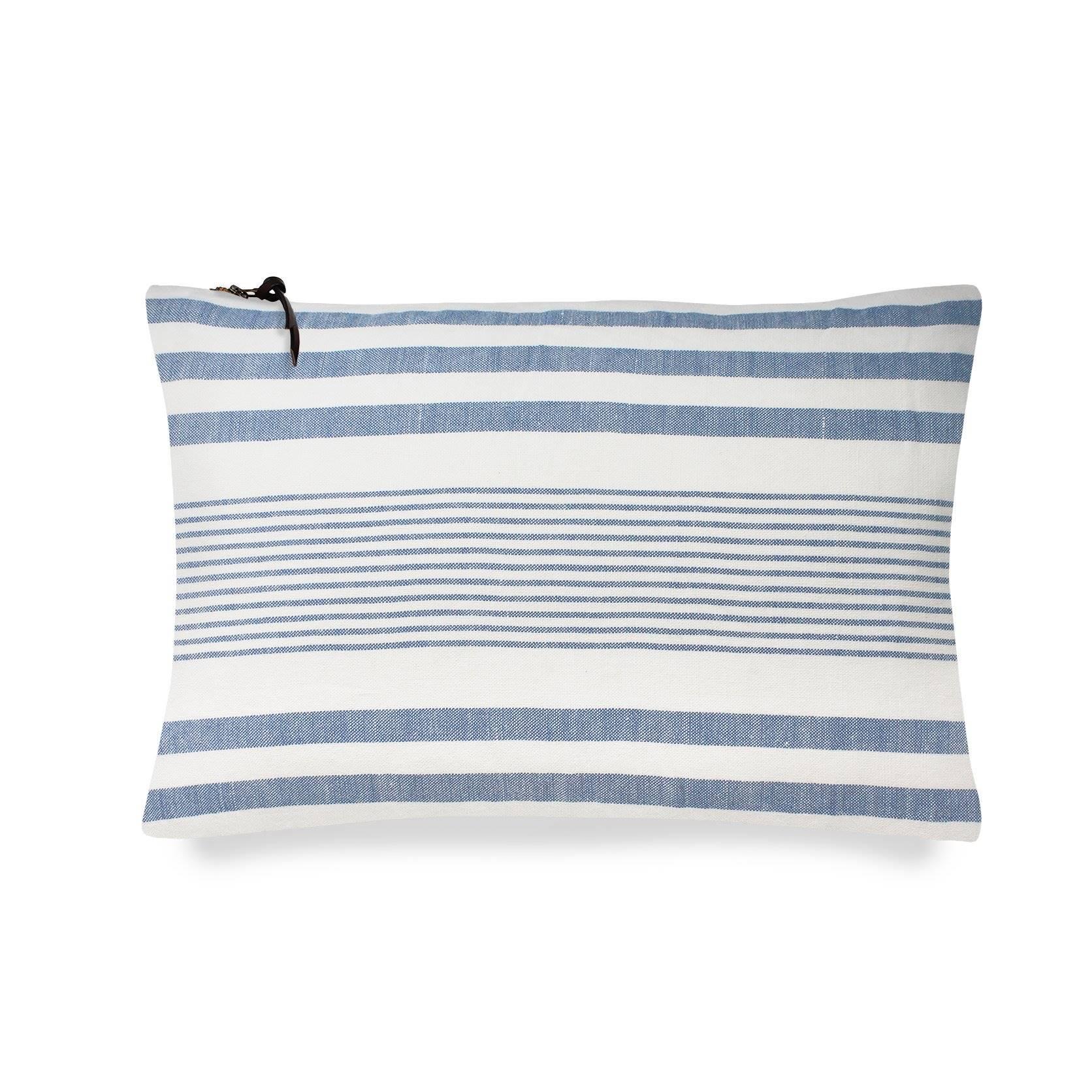 COJIN LINO 30X50   stripes azul mediterraneo BAJA 1672x1672. La particularidad de nuestros cojines es que llevan la cremallera vista y un lazo de piel que los rubrica