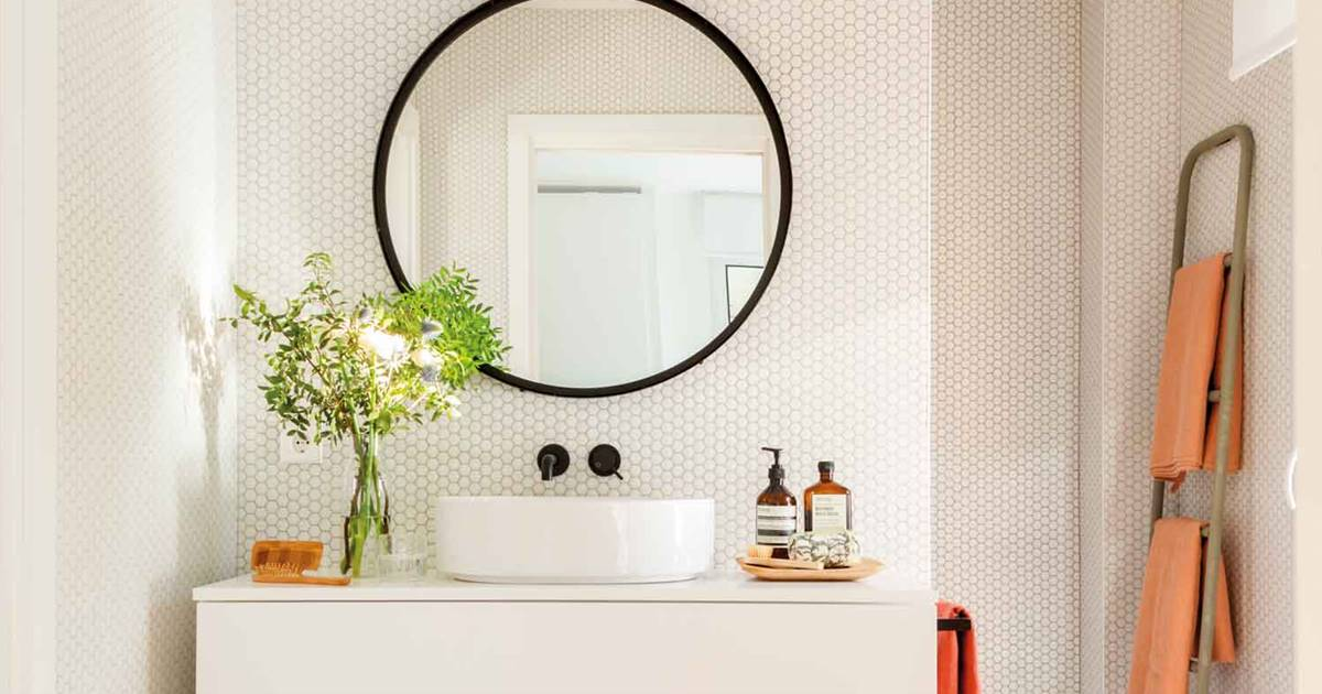 Un baños pequeño en blanco y negro