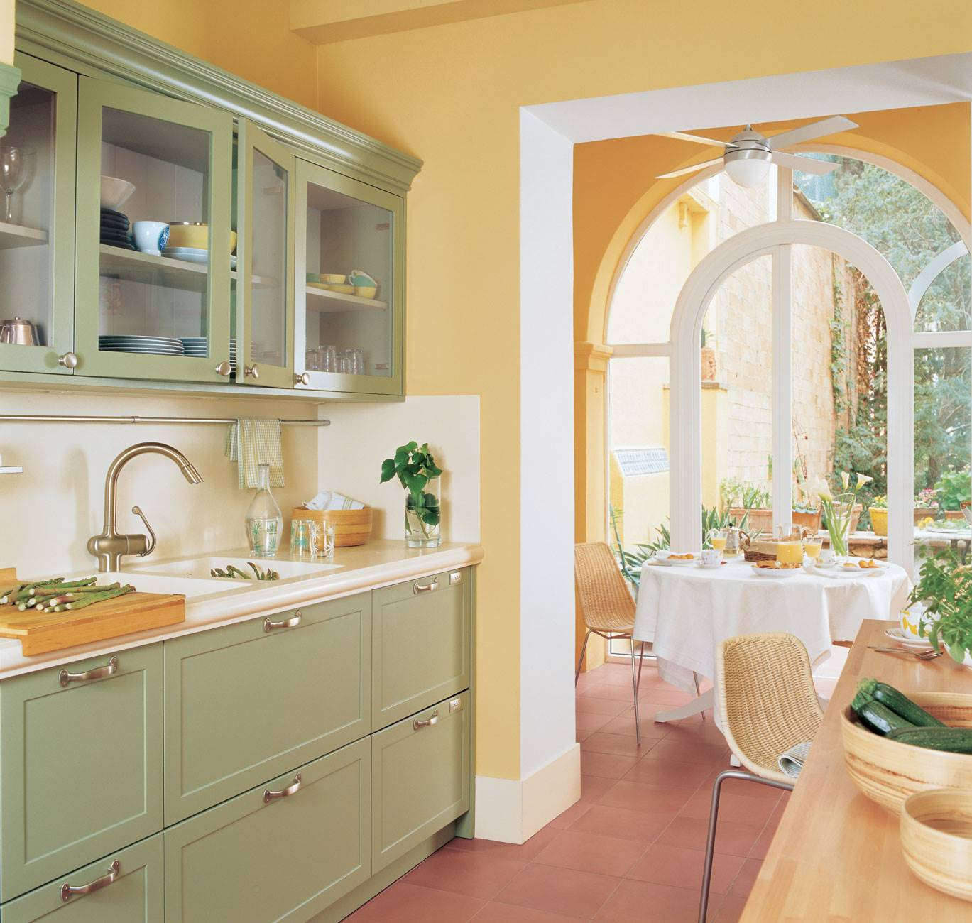 kitchen-yellow-and-verte-elongated-with-dining-end 163033. Color game