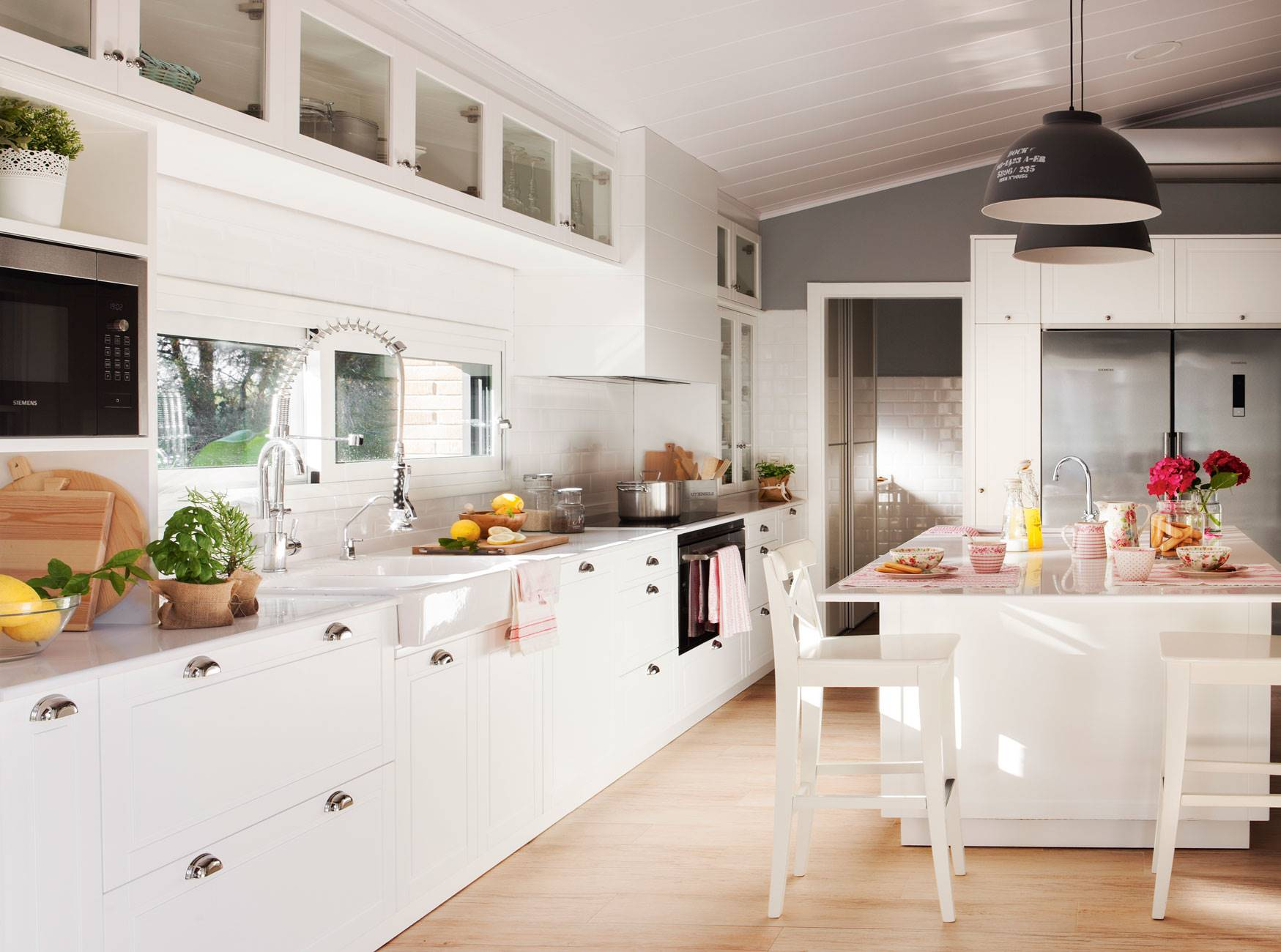 kitchen-white-and-gray-with-parquet-on-the-floor 410608. In gray and white