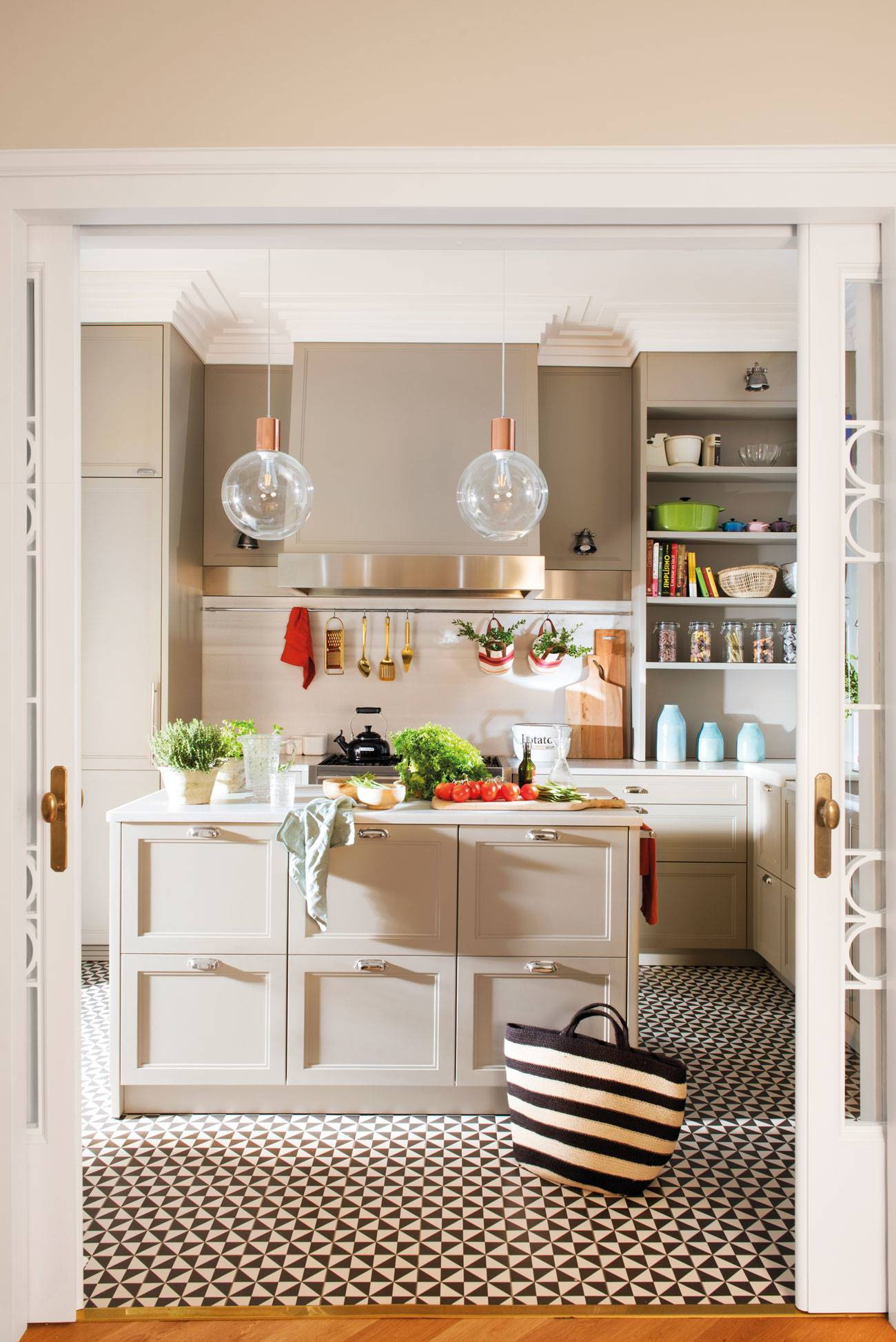 classic-chic-kitchen 484162. Up & Down