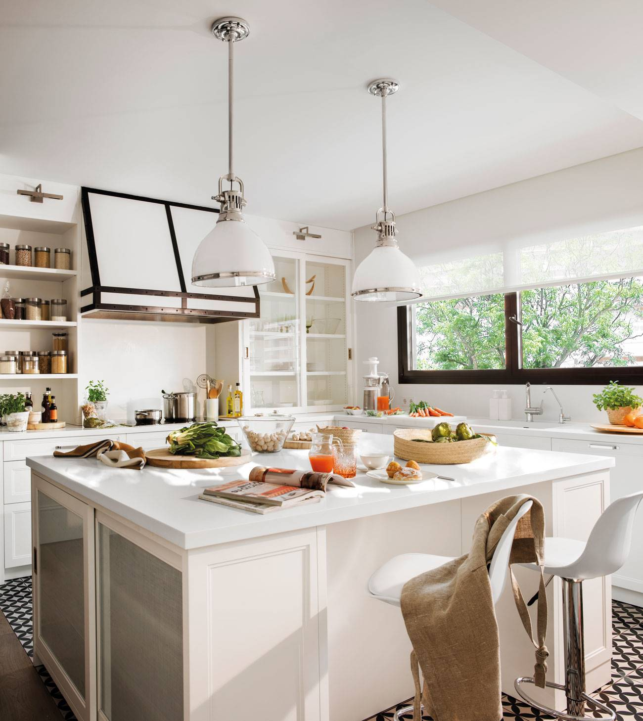 classic-kitchen-renovated-in-white-and-touches-of-black 503643. Urban and chic