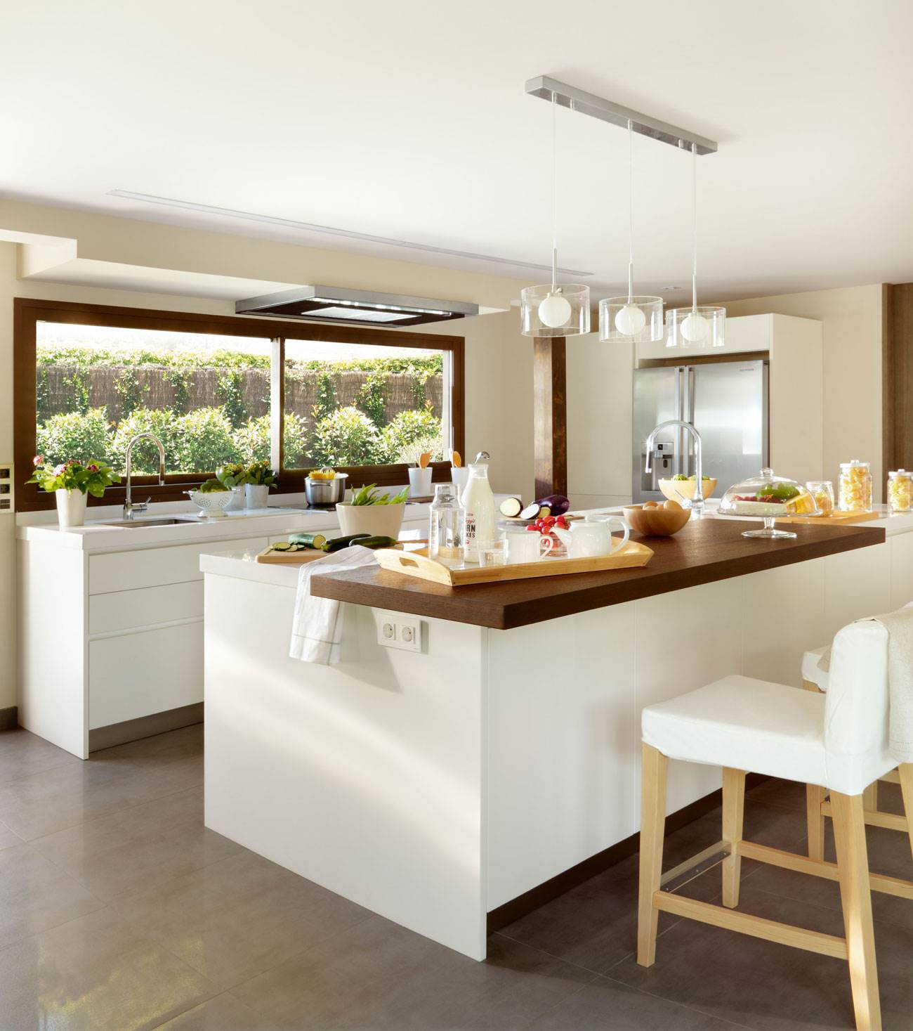kitchen-with-island-and-bar-and-ceiling-lamps 329838. White and modern