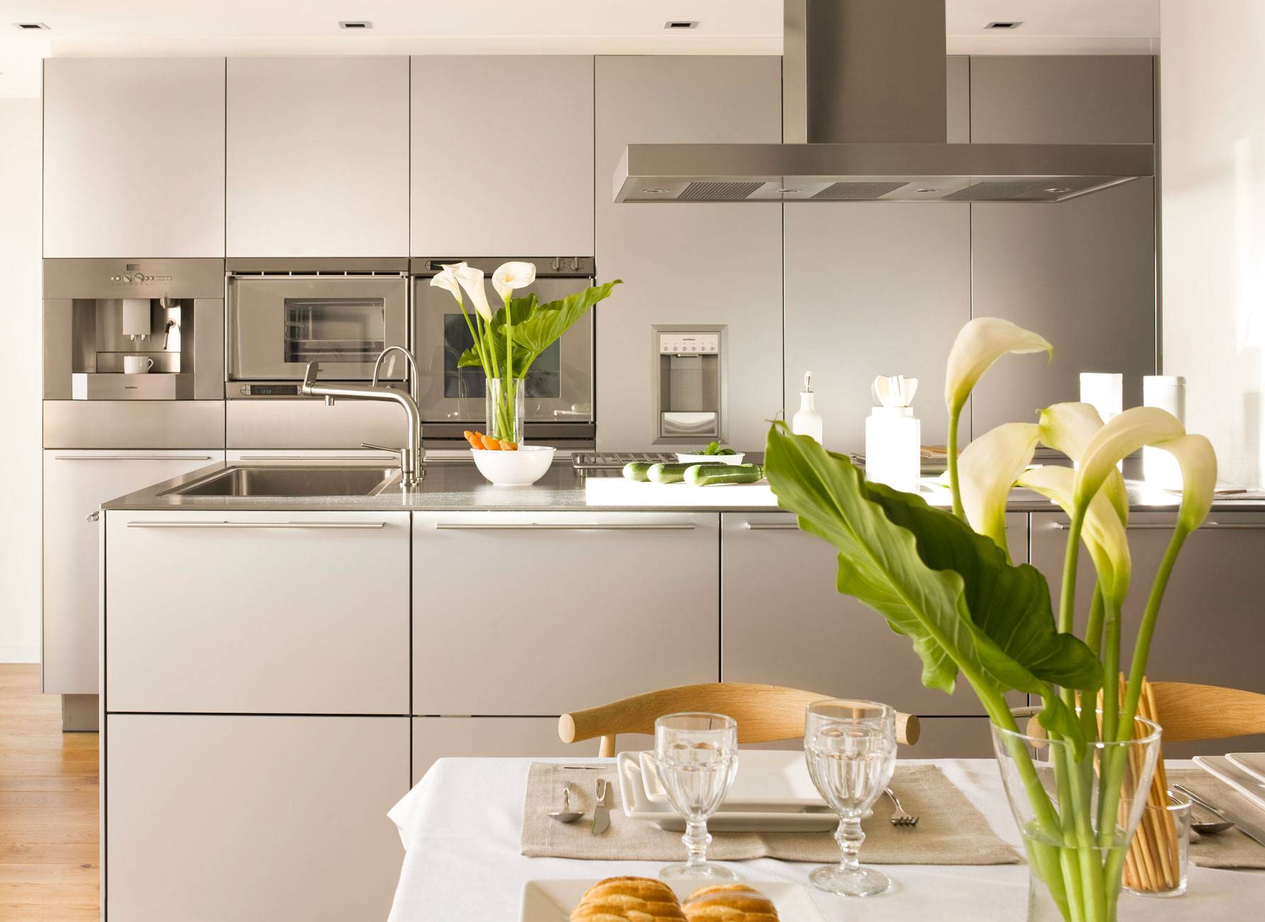 kitchen-with-island-and-built-in-appliances 299726. Total integration