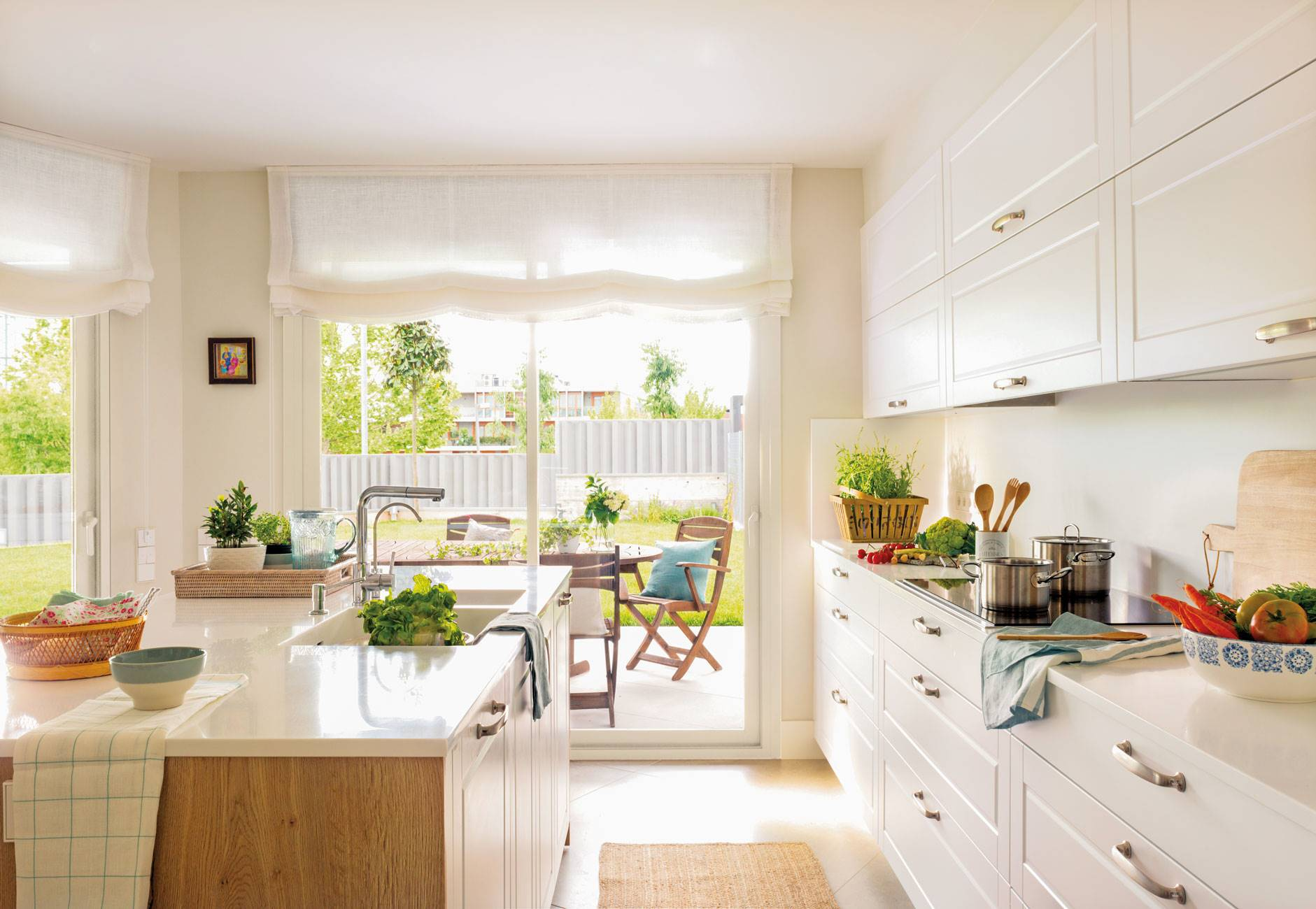 kitchen-with-island-and-office-in-the-garden 489083. White and wood