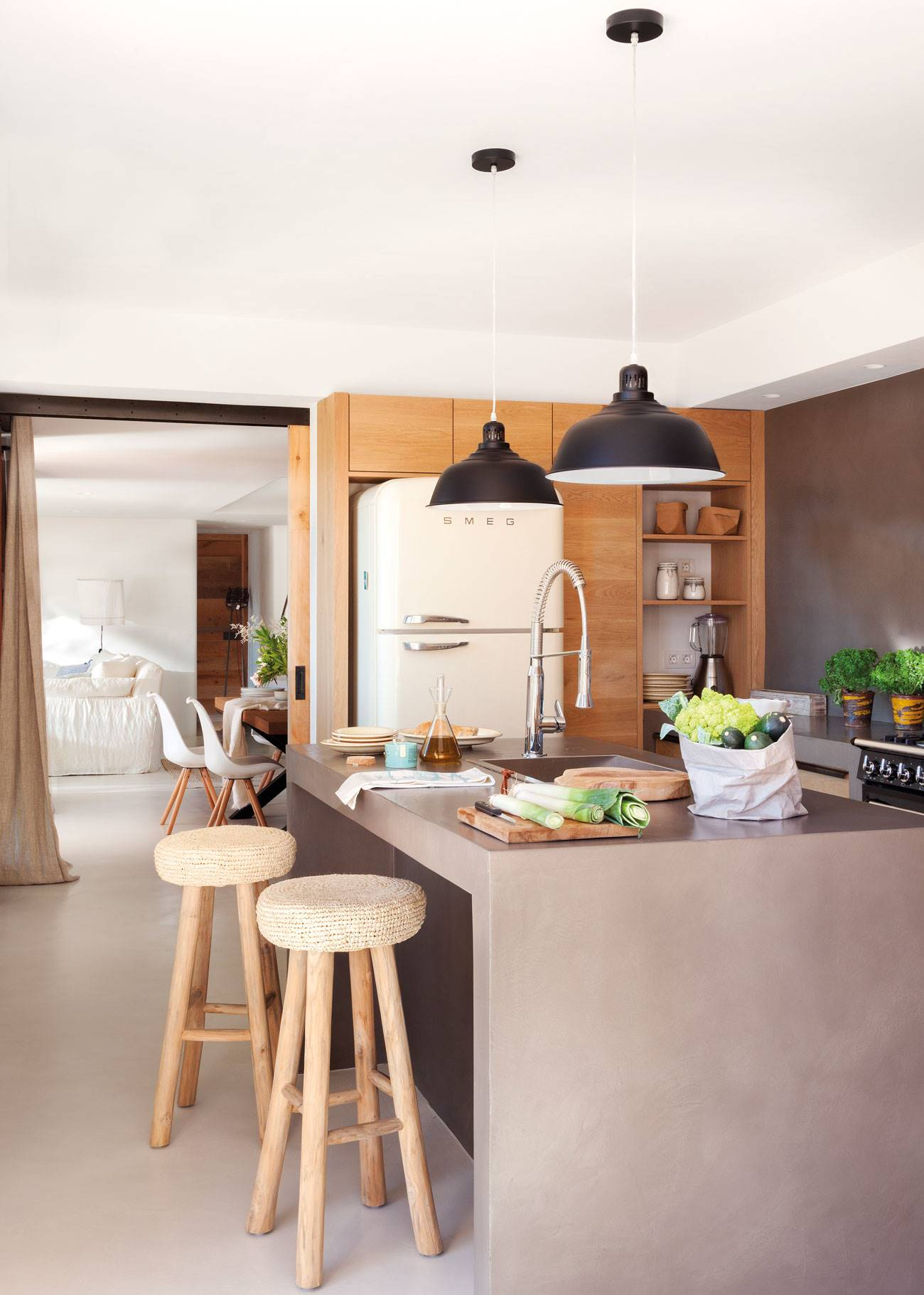 kitchen-with-island-and-dark-colored-walls 436708. Combine textures
