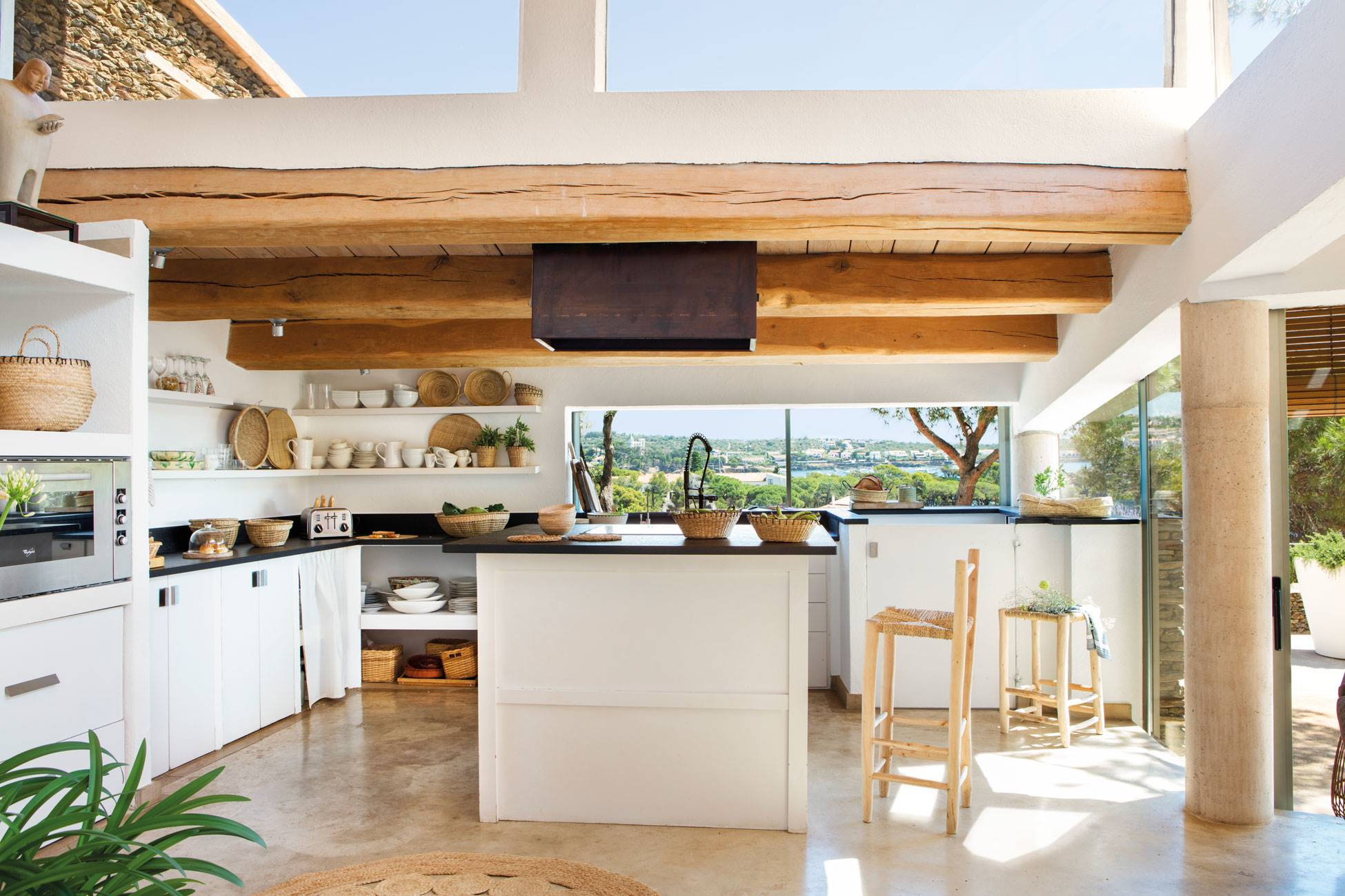 kitchen-with-wooden-beams-and-microcement-floor-in-white-and-black 486933. Wow effect