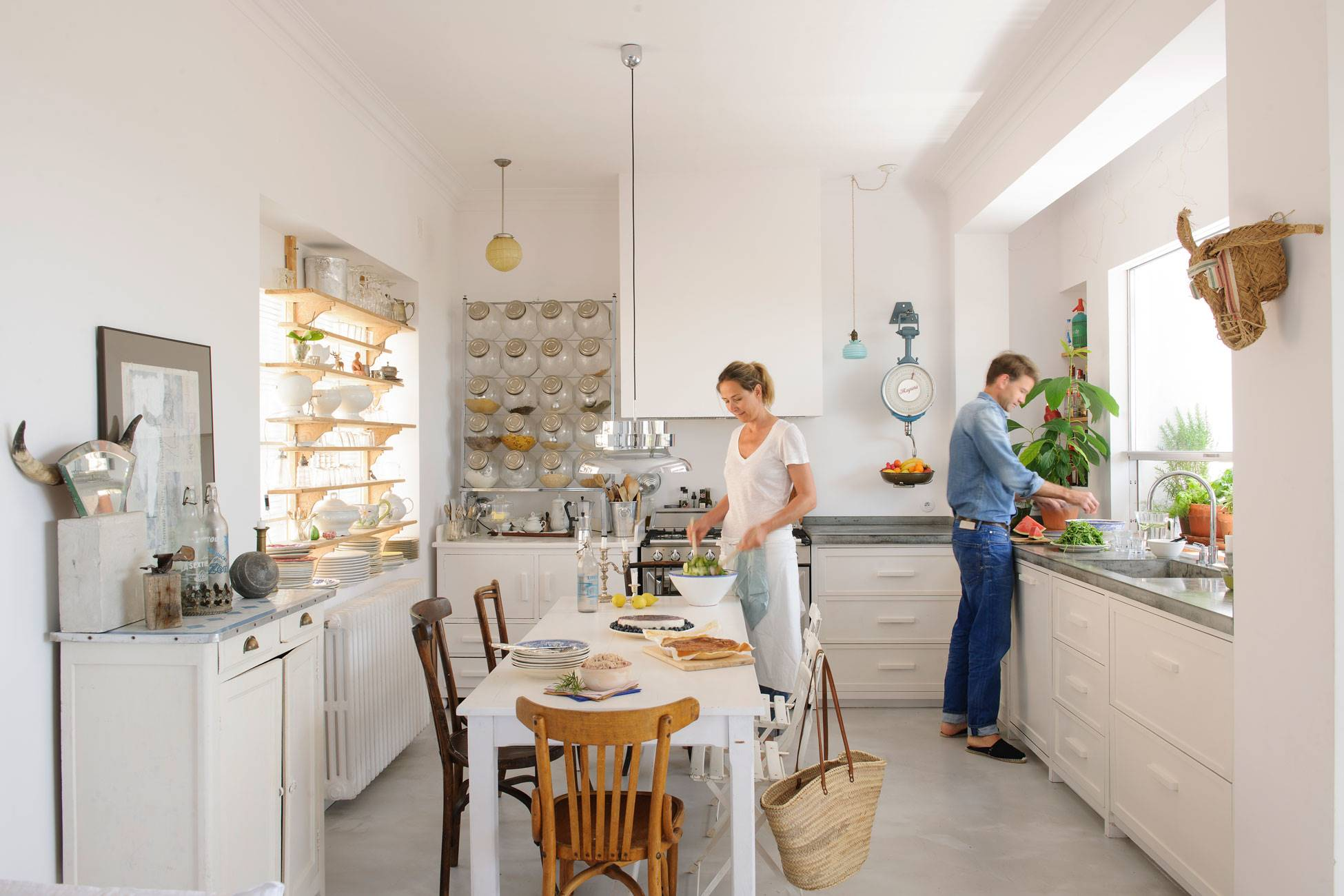 kitchen-in-white-and-cement-floor-with-vintage-decorative-elements 486870 O. Details that make the difference