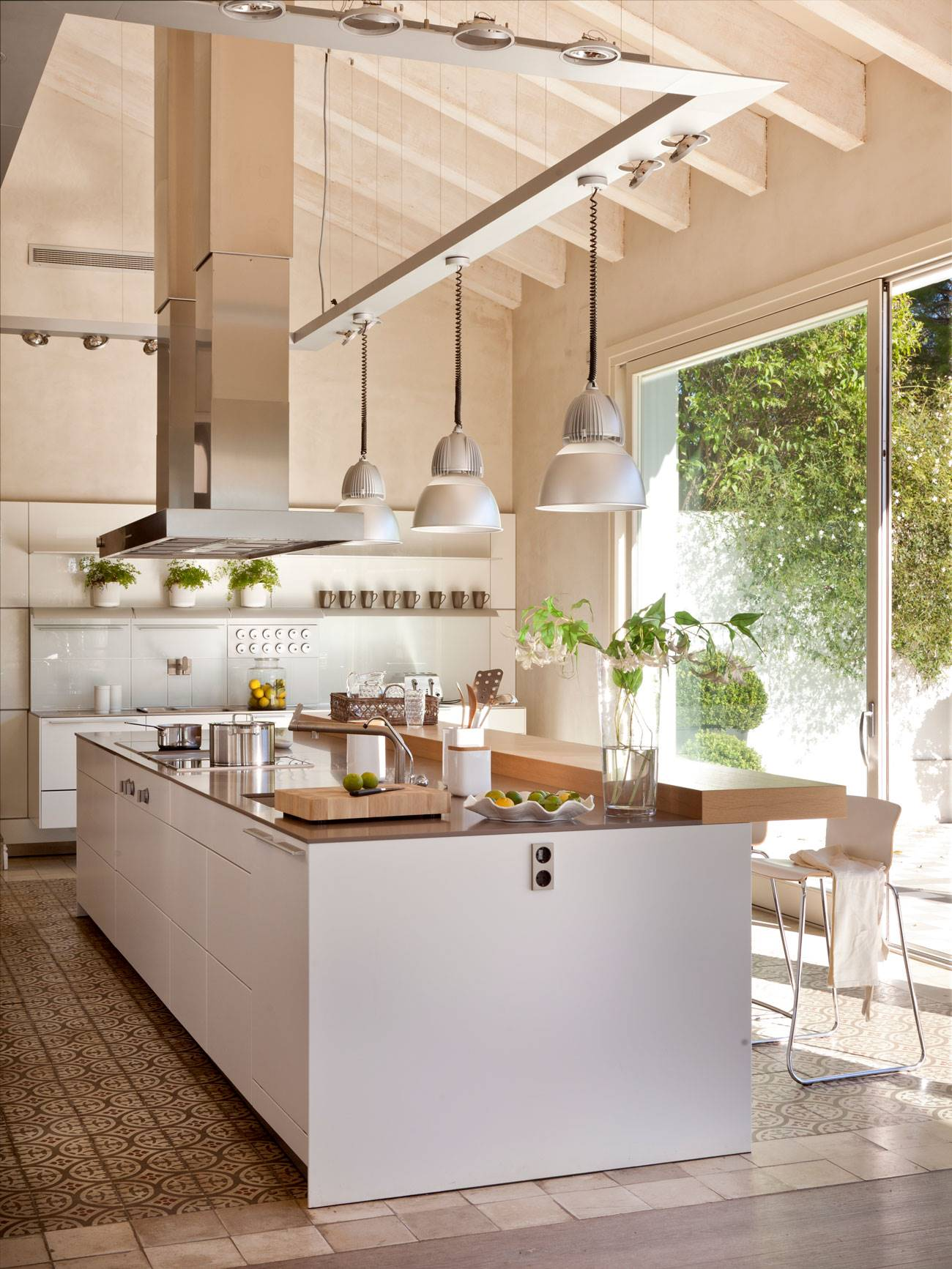 industrial-style-kitchen-in-country-rustic-farmhouse 404558 O. Industrial style with country flavor