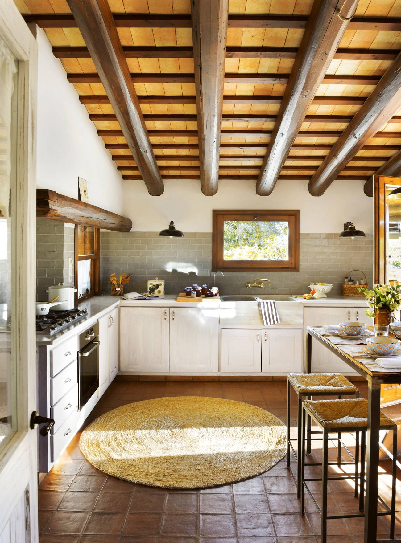 Rustic-style-kitchen-with-tova-floor-and-natural-fiber-carpet-and-ceiling-two-color-beams-409296. Travel to the past