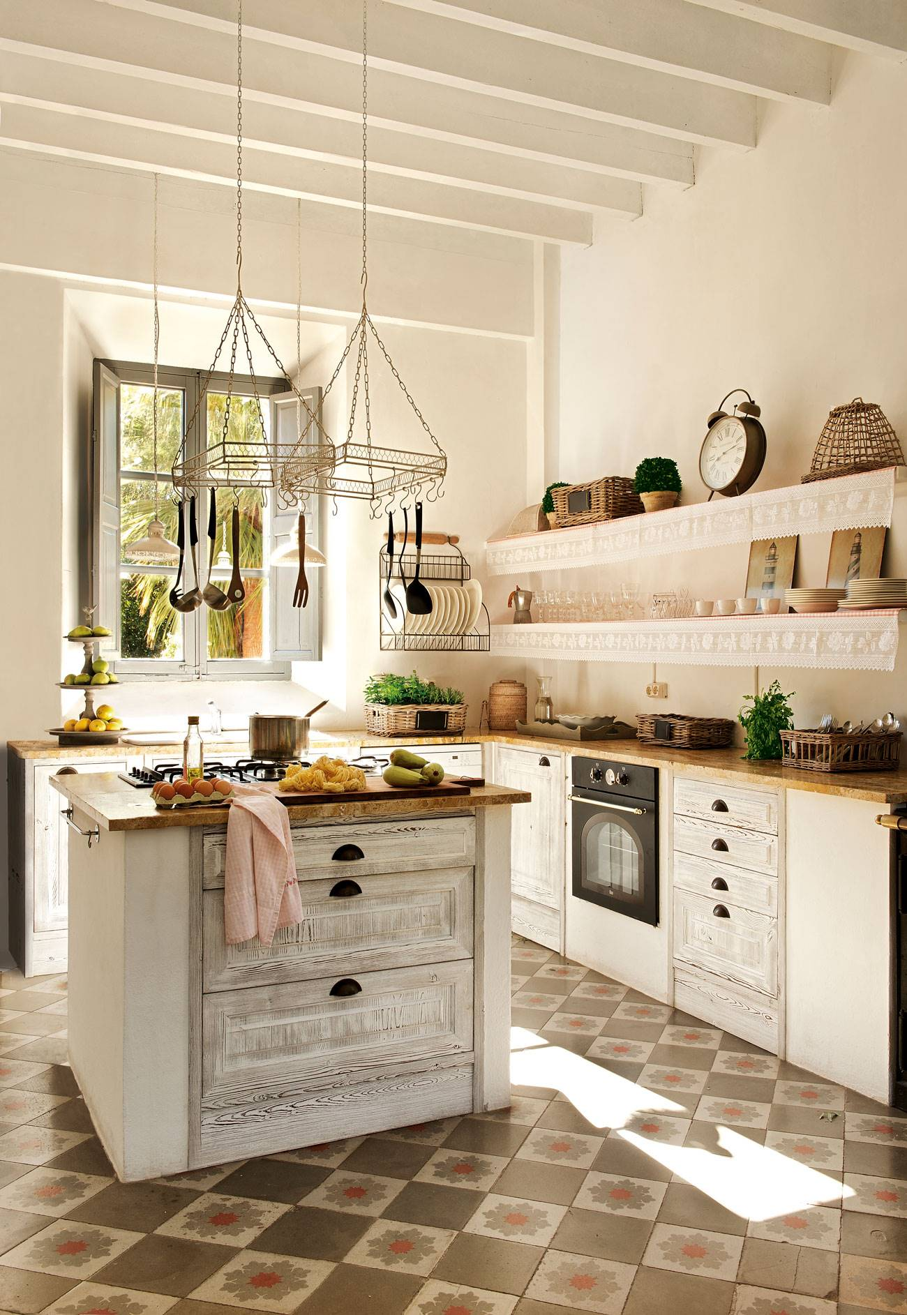 kitchen-hydraulic-floor-and-island-of-wood-white 378433. The new vintage, market style kitchen