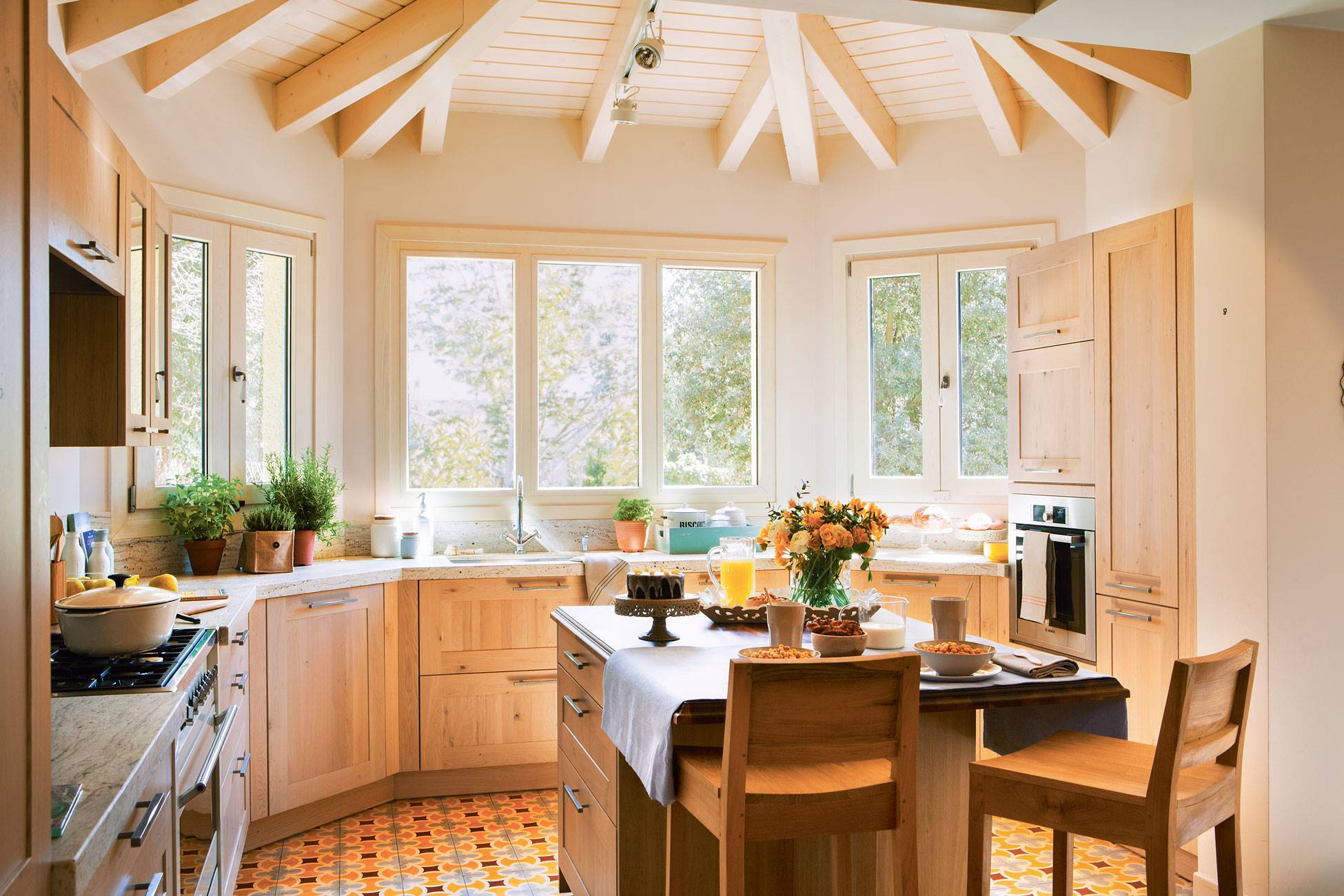 kitchen-hydraulic-floor-and-wooden-furniture-and-ceiling-beams 389990. Wood as the protagonist