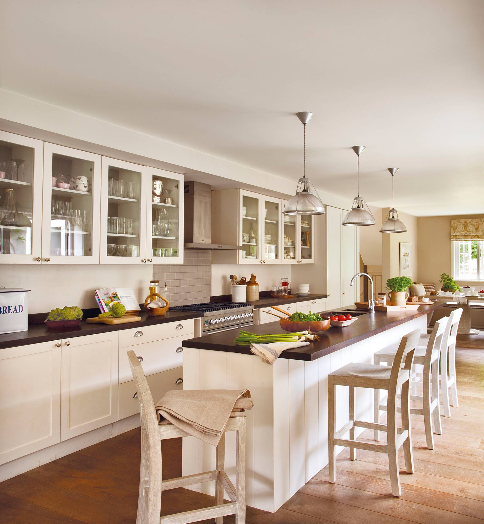 large-white-kitchen-with-island-and-stools -00368832 a5521e98.  Ear bar!