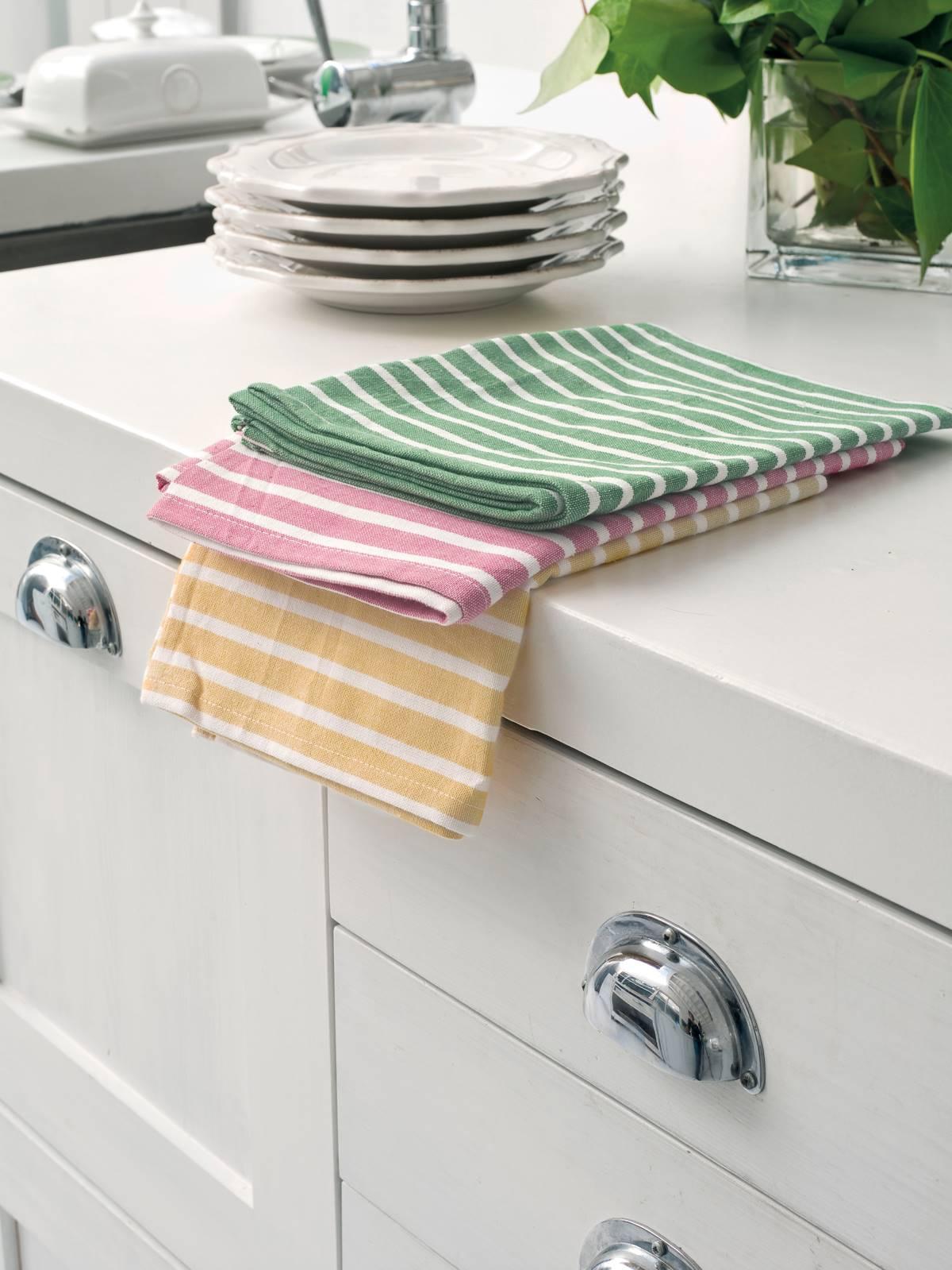 50 trucos de limpieza para la cocina ordenar los trapos 00312781. Trapos y bayetas