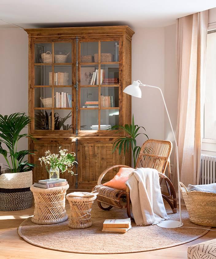 Alacena de madera como librería en salón 00454716. La alacena de toda la vida