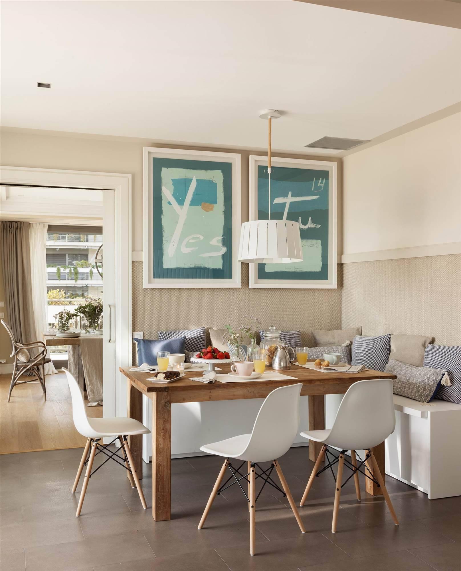 office-en-la-cocina-con-sillas-eames-y-banco-de-cojines 00427901. Una silla Eames
