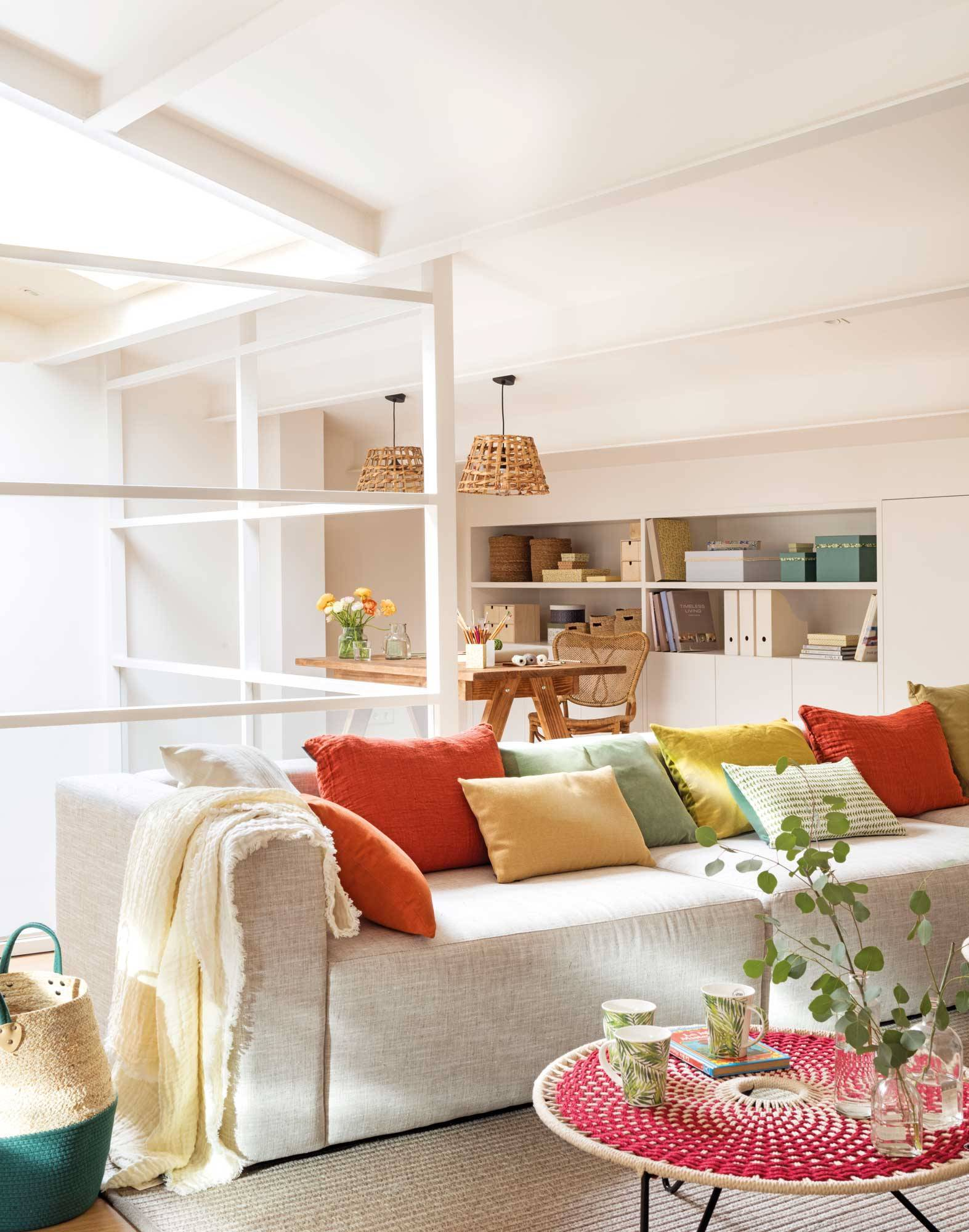00501608 49ee5e26 1573x2000. Los lisos también triunfan 有着鲜艳色彩抱枕的沙发空间