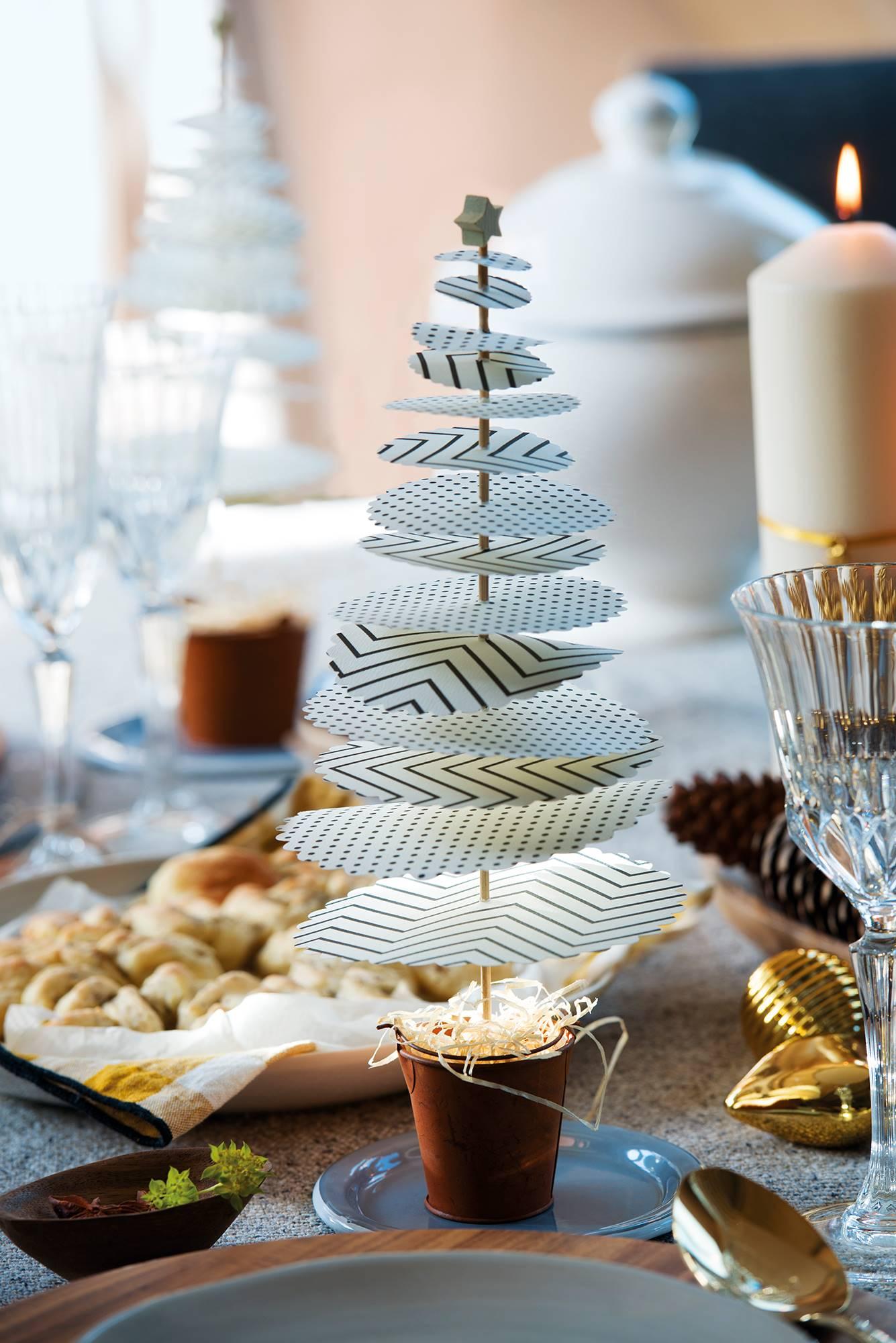 00445001. Un árbol DIY de papel para decorar la mesa