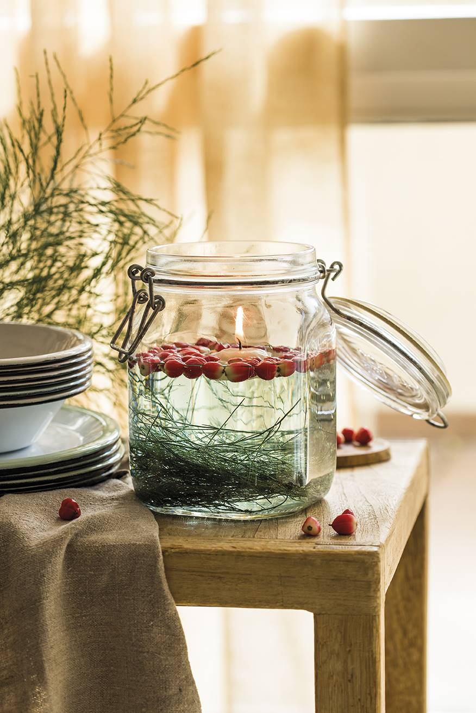 00445082. Una vela flotante con un agradable aroma a pino