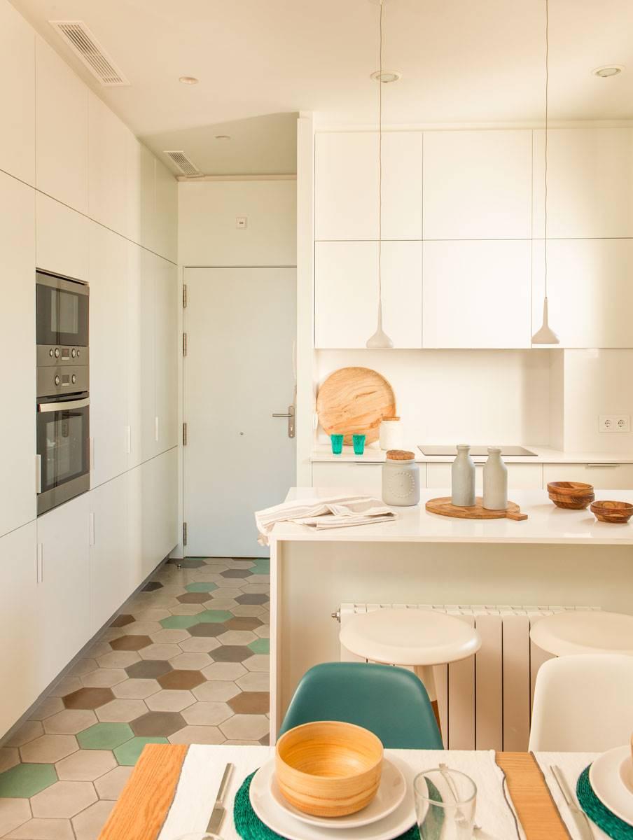 3.-cocina-pequeña-con-suelo-hexagonal-y-armarios-altos 442282 O. SUELOS EN TONOS CLAROS