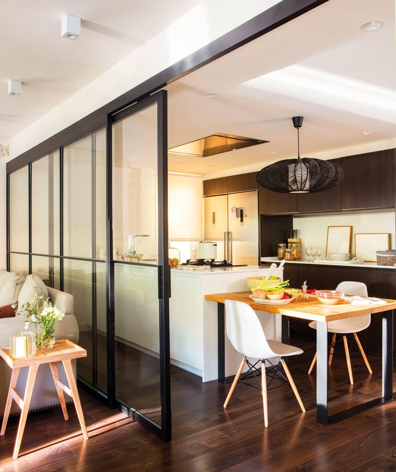 cocina-separada-del-salón-con-puerta-corredera-marcos-negros-a-juego-con-muebles-cocina-y-parquet 00444959. Corredera de cristal