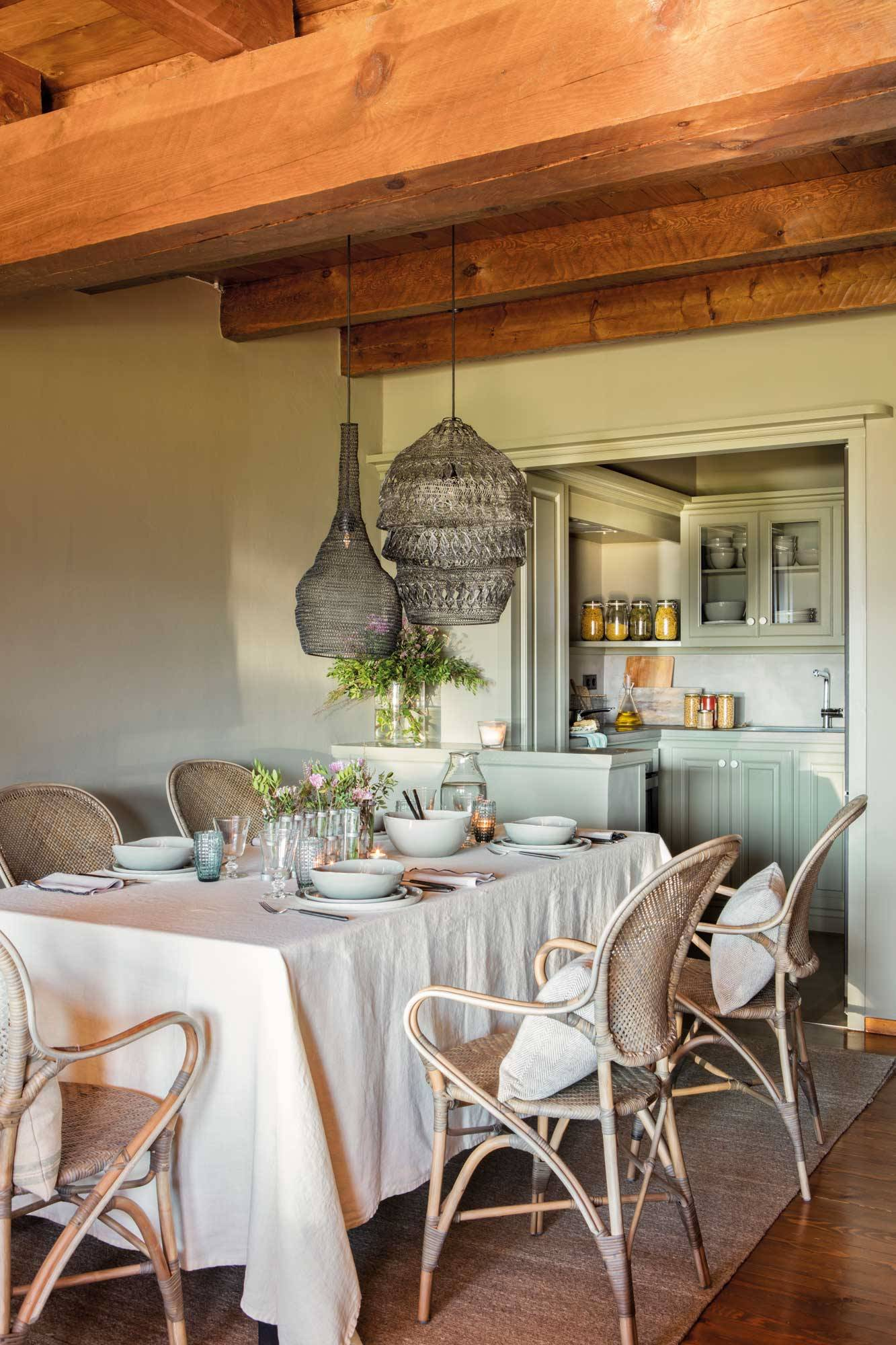 comedor-estilo-rustico-con-cocina-pintada-en-verde-al-fondo-y-vigas-00497887. Colores suaves