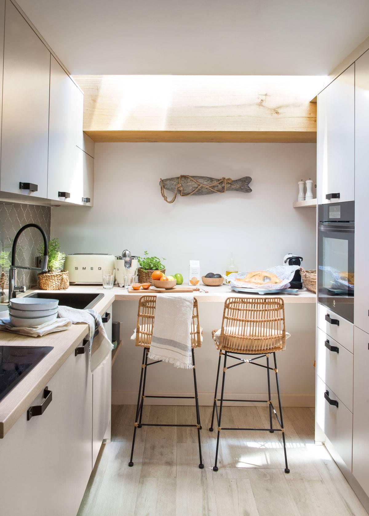 Cocina pequeña con office con taburetes y claraboya-507382. Opta por una claraboya
