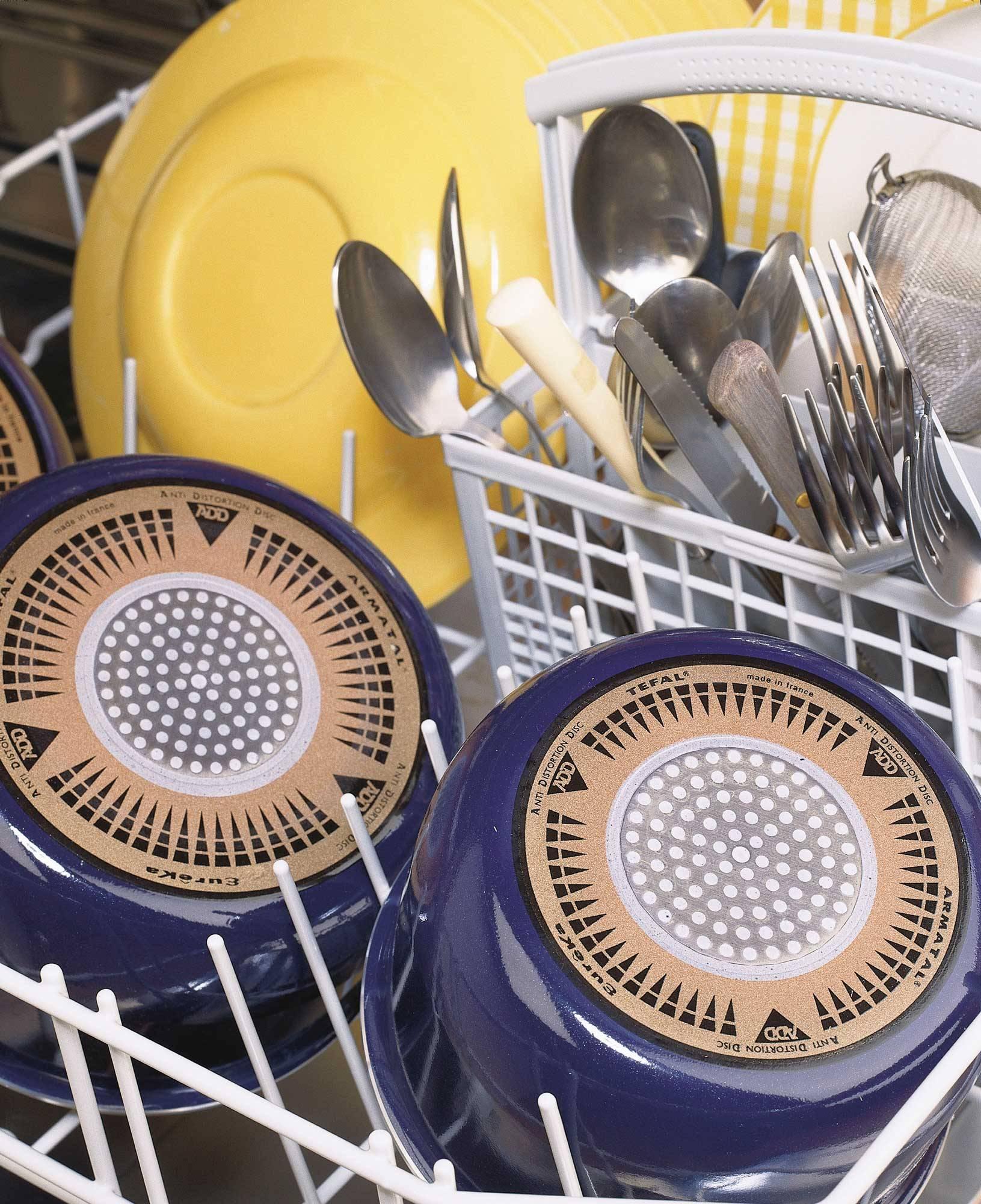 detalle-interior-lavavajillas-con-cacerolas-y-platos-00234461 O. Hay mucha espuma en la cubeta