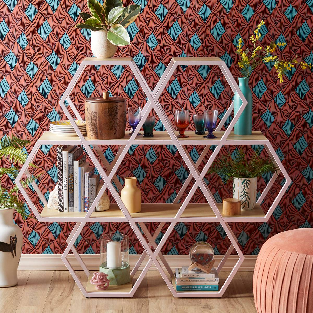drew-barrymore-decoración-bookshelf. Una estantería hexagonal