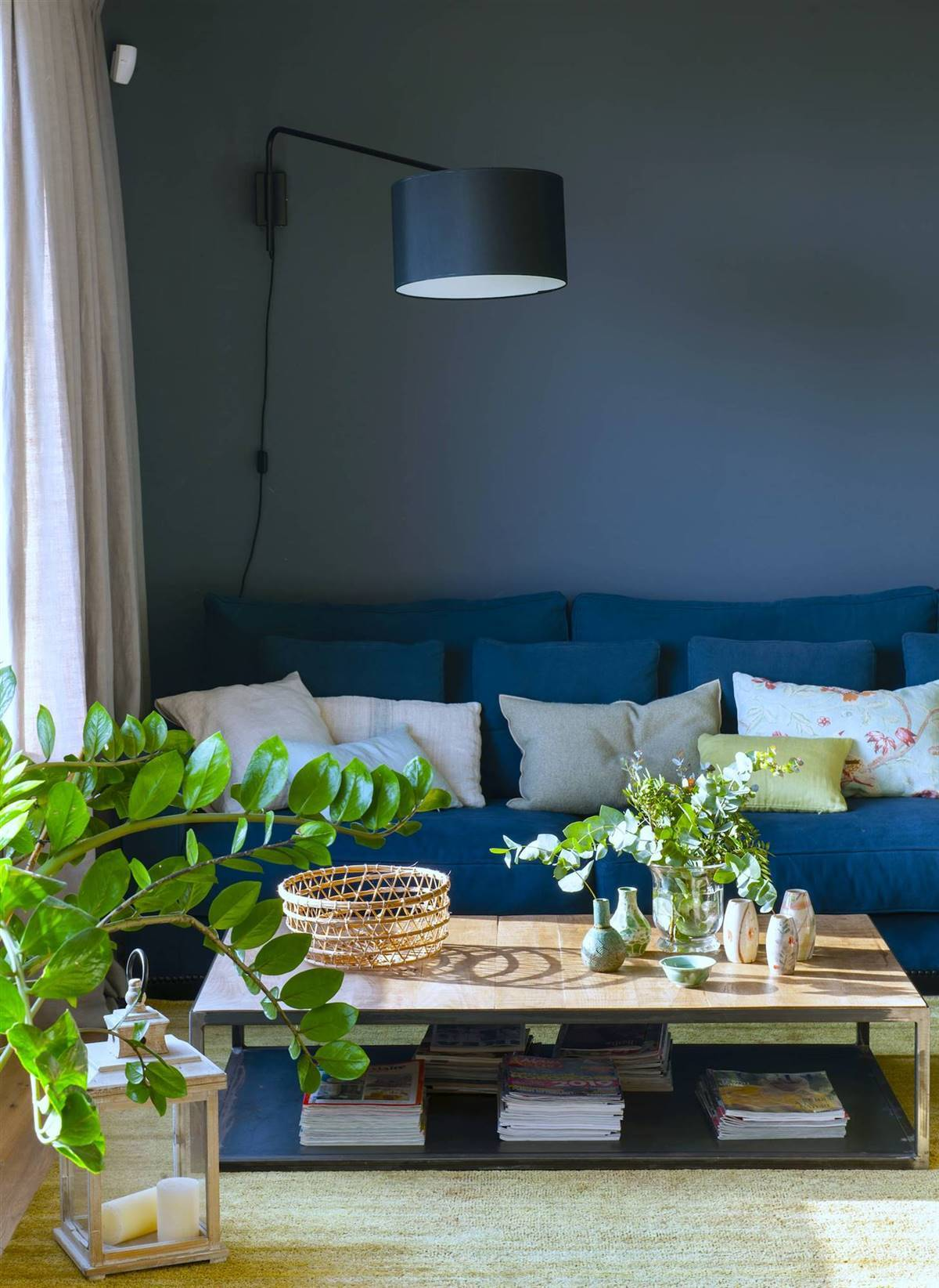 color-pantone-classic-blue-sofa-salon-con-lampara-y-cojines-colores-00500600 f4d7d0f7 1200x1644. NUEVO LOOK