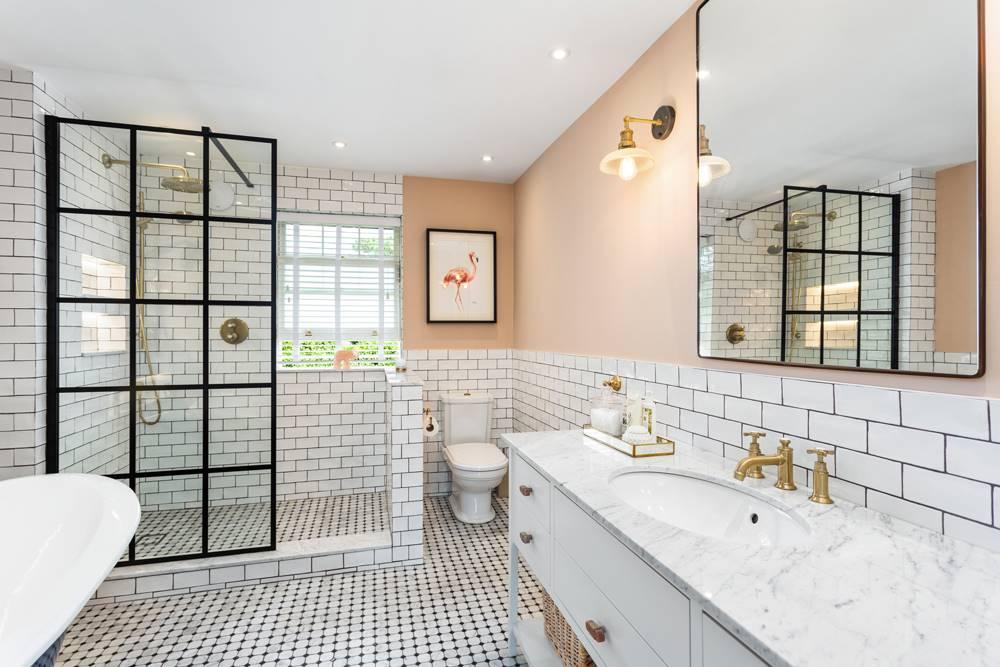 Baño de la casa de Saoirse Ronan de Mujercitas. Un baño con azulejos de metro