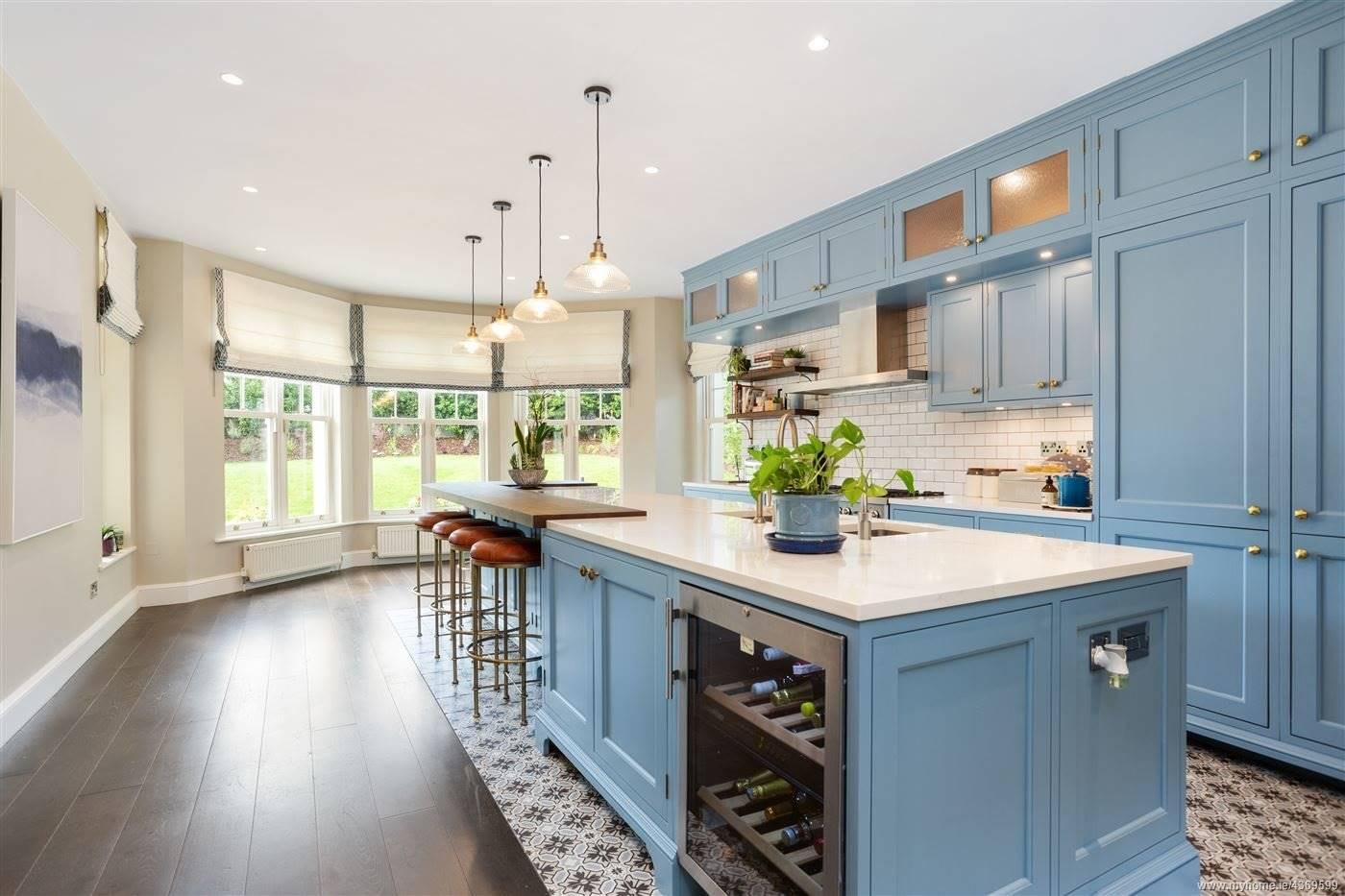 Cocina con isla de la casa de Saoirse Ronan de Mujercitas. La cocina azul con isla de Saoirse Ronan
