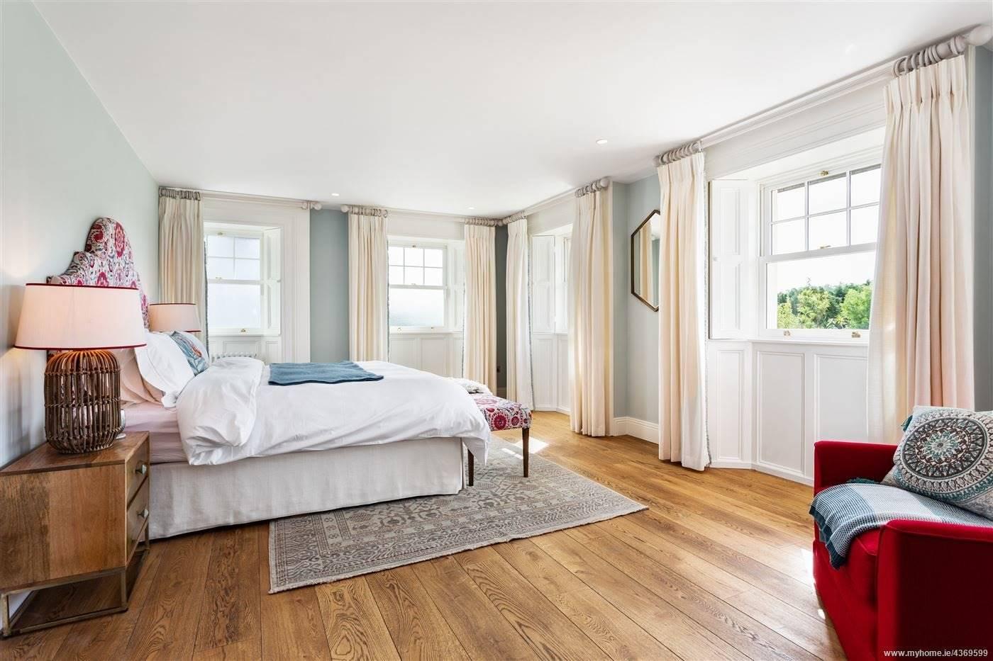 Dormitorio blanco de la casa de Saoirse Ronan de Mujercitas. Una suite principal muy luminosa y con vistas