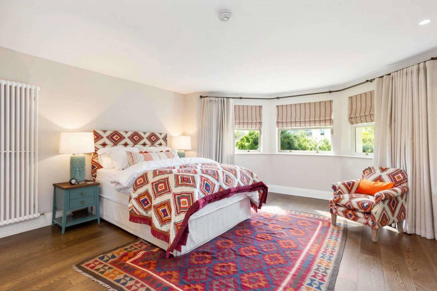 Dormitorio de la casa de Saoirse Ronan de Mujercitas. Un dormitorio más atrevido